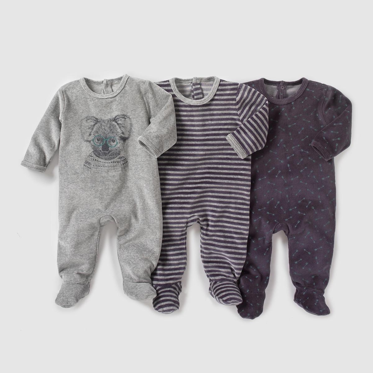Комплект из 3 пижам из велюра, 0 мес. - 3 годаКомплект из 3 пижам из велюра. В комплект входят: 1 пижама в полоску + 1 пижама с рисунком стрелы + 1 однотонная пижама с рисунком коала спереди. Клапан на кнопках и застежка на кнопки сзади. Нескользящие носочки начиная с размера на 12 мес. (74 см) с эластичной вставкой сзади для лучшей поддержки.Состав и описаниеМатериал      75% хлопка, 25% полиэстера Марка       R ?ditionУходСтирать и гладить с изнаночной стороныМашинная стирка при 30 °C в умеренном режиме с вещами схожих цветовМашинная сушка на умеренном режимеГладить при низкой температуре.Знак марки отпечатан с внутренней стороны и не напечатан на пришитой этикетке сзади, чтобы не вызвать раздражение или зуд на коже ребенка.<br><br>Цвет: серый меланж + в полоску + черный<br>Размер: 18 мес. - 81 см