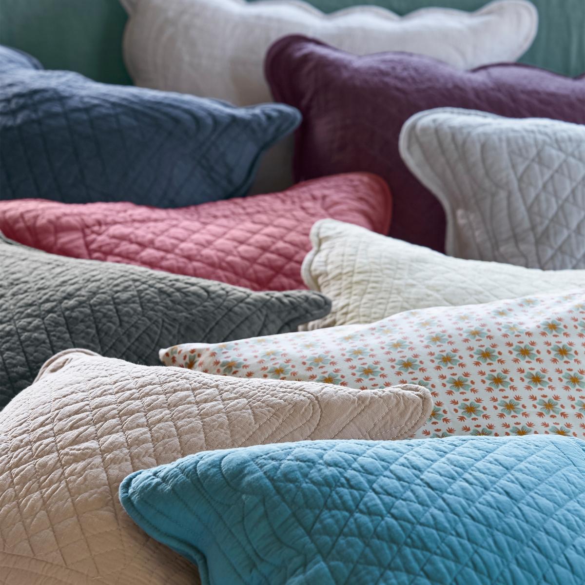 Чехол на подушку или подушку-валик ScenarioЧехол на подушку Scenario: Ручная работа, утонченная отделка и элегантный дизайн делают этот стеганый чехол для подушки из 100% хлопка незаменимой деталью декора Вашей спальни.Характеристики чехла на подушку Scenario   :- Чехол для подушки из плотной ткани 100% хлопка с хлопковыми волокнами (250 г/м?).- искусная отделка (волнообразные края).- Прямоугольная форма с застежкой на пуговицы для размера 65 x 65 см  .Размеры чехла на подушку Scenario:40 x 40 см65 x 65 см- Стирать при 40°.Производство осуществляется с учетом стандартов по защите окружающей среды и здоровья человека, что подтверждено сертификатом Oeko-tex®... . ..  : : . .  : .  : . .  !  : .<br><br>Цвет: Cиний,антрацит,белый,розовое дерево,светло-коричневый,серый жемчужный,экрю,ярко-фиолетовый<br>Размер: 40 x 40  см.65 x 65  см.40 x 40  см.65 x 65  см.40 x 40  см.40 x 40  см.65 x 65  см.65 x 65  см.40 x 40  см