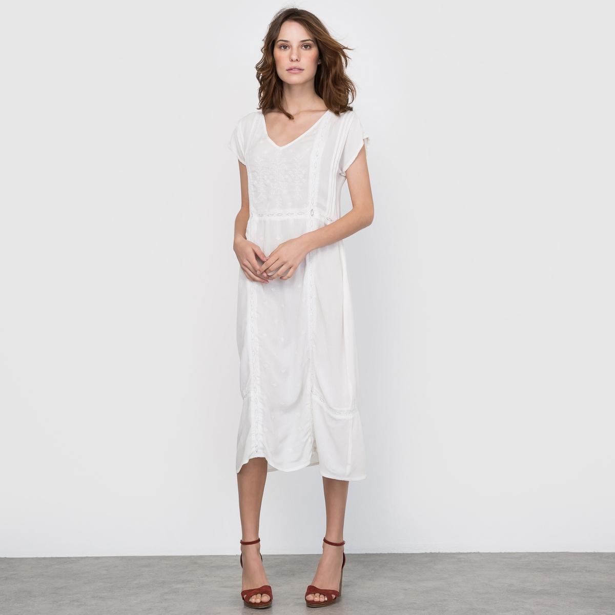 Платье с вышивкой и кружевомРомантическое платье из легкой хлопчатобумажной ткани, вышивка на груди, косые декоративные вырезы с кружевом в стиле макраме. Короткие рукава, V-образный вырез.Состав и деталиМатериалы: Платье 100% хлопка - Подкладка : вуаль 100% хлопкаДлина  : 112 смМарка : COULEURS D?T?  Уход Машинная стирка при 30 °C в деликатном режиме с вещами схожих цветовСтирка и глажка с изнаночной стороныМашинная сушка запрещенаГладить при умеренной температуреНе отбеливатьЗапрещена сухая (химическая) чистка<br><br>Цвет: слоновая кость