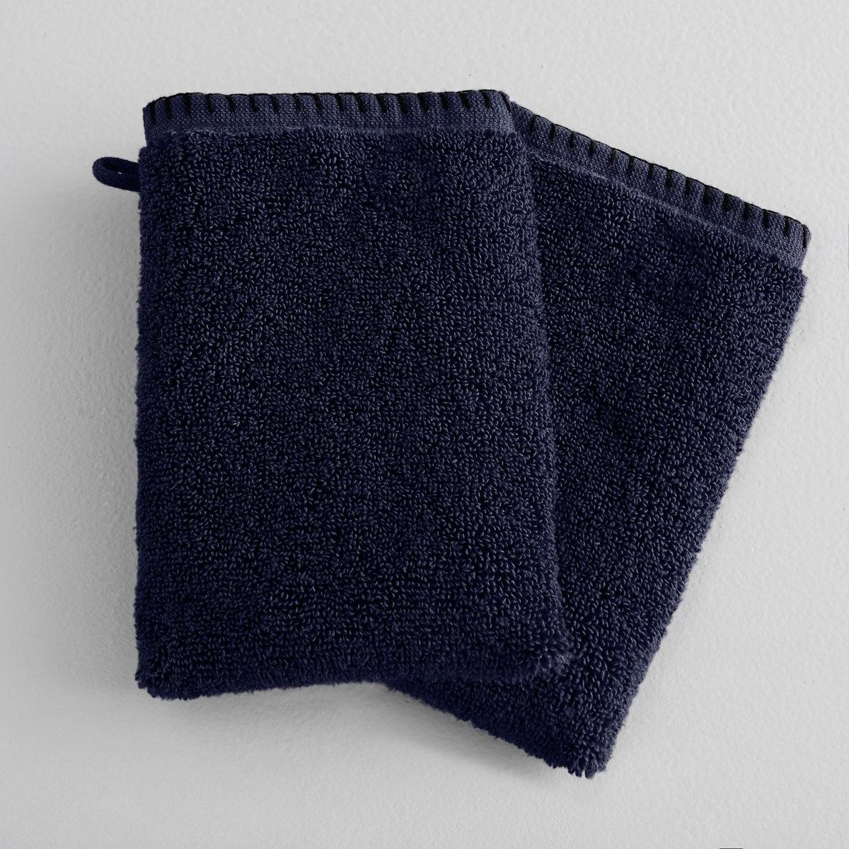 2 банные рукавички Kyla2 банные рукавички из хлопка Kyla . Банная рукавичка, которая воплощает комфорт и элегантность. Состав :- Чистый прочёсанный хлопок 550 г/м? нулевого скручивания для ультрамягкого и ультранежного прикосновения.Отделка : - Красивая кайма в виде икринок.- Отделка петельным швом.Уход : - Машинная стирка при 60°.Размер : - 15 x 21 смСертификат Oeko-Tex® дает гарантию того, что товары изготовлены без применения химических средств и не представляют опасности для здоровья человека.<br><br>Цвет: темно-синий