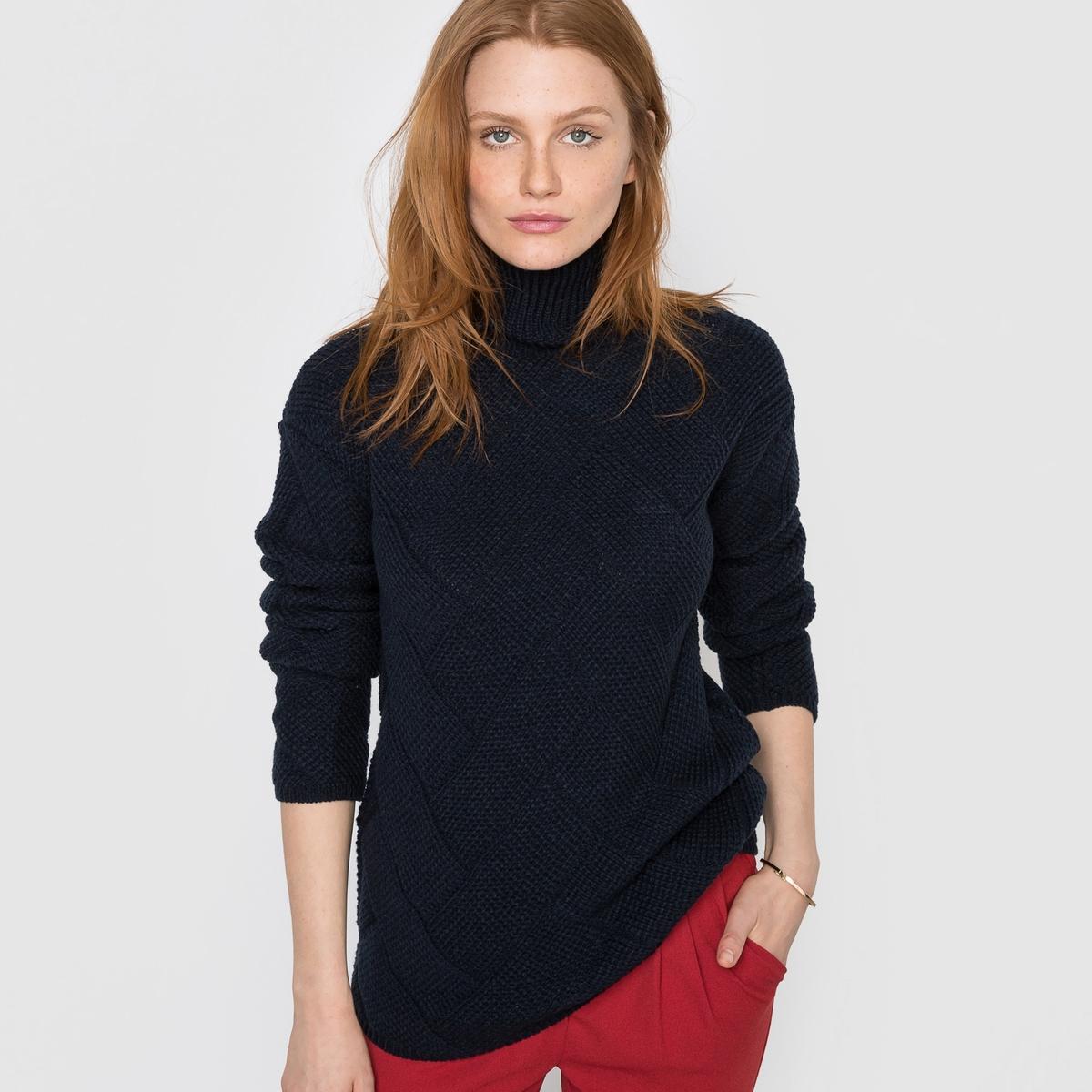 Пуловер с высоким воротником и узором косы