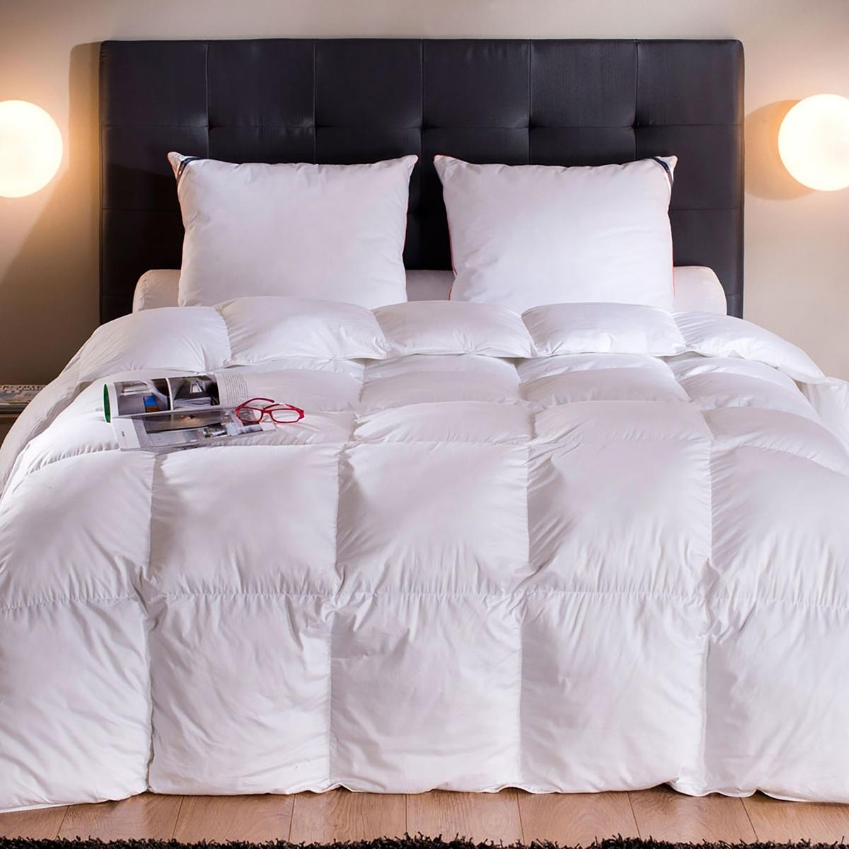 Одеяло синтетическое « Moscova». На ощупь, как пуховое  .Одеяло синтетическое Moscova  : для спокойных и безмятежных ночей, это одеяло с наполнителем из волокон микрофибры SUPRELLE DUV TOUCH невероятно пышное, оно подарит вам приятный сон  ! Производство: Франция.Чехол : Великолепный хлопковый сатин, 139 нитей/см?, с надписью « Drouault » Наполнитель : 100%волокна полиэстера Suprelle® Duv touch 500г/м? Прострочка : в клетку, обеспечивает отличную поддержку наполнителя в любых ситуациях . Отделка белым кантом Машинная стирка при 40 °С. Доставка в чемоданчике для хранения.<br><br>Цвет: белый