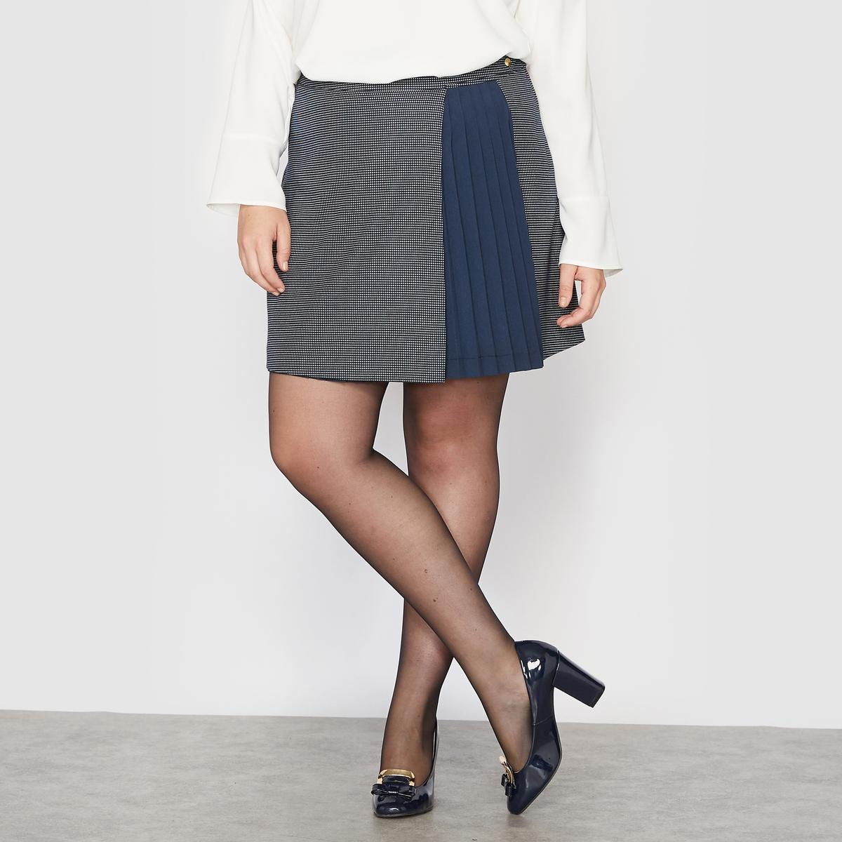 Юбка короткаяЮбка короткая с плиссированными деталями.Спереди эффект наложения одной юбки на вторую, тёмно-синюю, плиссированную. Пришитый пояс. Застёжка на молнию сбоку.Пояс спереди с фантазийными патами на кнопках.Состав и описание:Материал: ткань в мелкий горошек 65 % полиэстера, 32 % вискозы, 3 % эластана. Плиссированная вставка из вуали 100 % полиэстера. Подкладка сзади 100 % полиэстера.Длина: 47 см. Марка: CASTALUNA.Уход:- Машинная стирка при 30°С.<br><br>Цвет: темно-синий в горошек<br>Размер: 50 (FR) - 56 (RUS).48 (FR) - 54 (RUS)