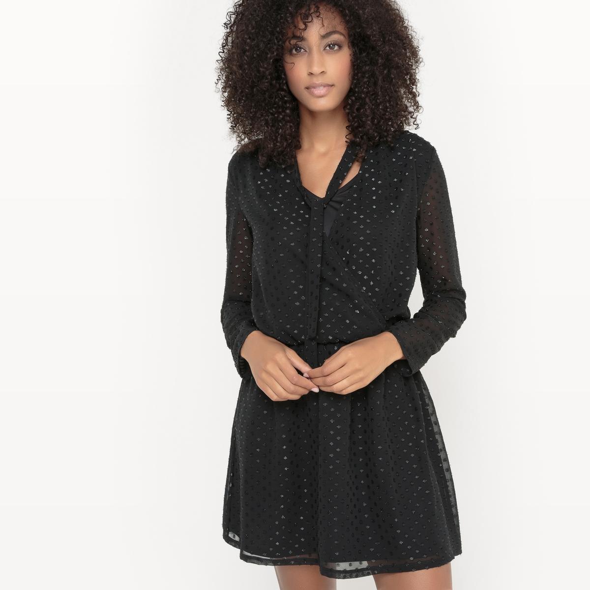 Платье с длинными рукавами VIPETRAS DRESSПлатье с длинными рукавами VIPETRAS DRESS от VILA . Платье прямого покроя. Наложение ткани с эффектом вуали . Эффект плиссировки. Присборено на талии.  V-образный вырез с галстуком-лавальер  . Состав и описание :Материал : 100% полиэстерМарка : VILA.<br><br>Цвет: черный<br>Размер: L