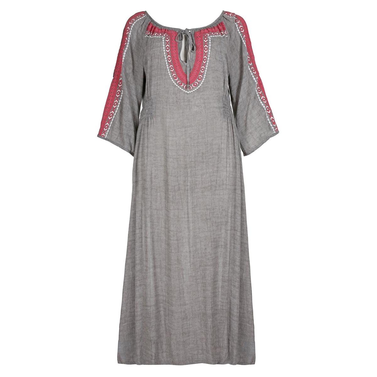 ПлатьеДлинное расклешенное платье MAT FASHION. 100% вискоза. Длинный покрой, эластичный пояс по бокам. Этнический рисунок спереди и на рукавах. Рукава 3/4. V-образный вырез с завязками.<br><br>Цвет: серый