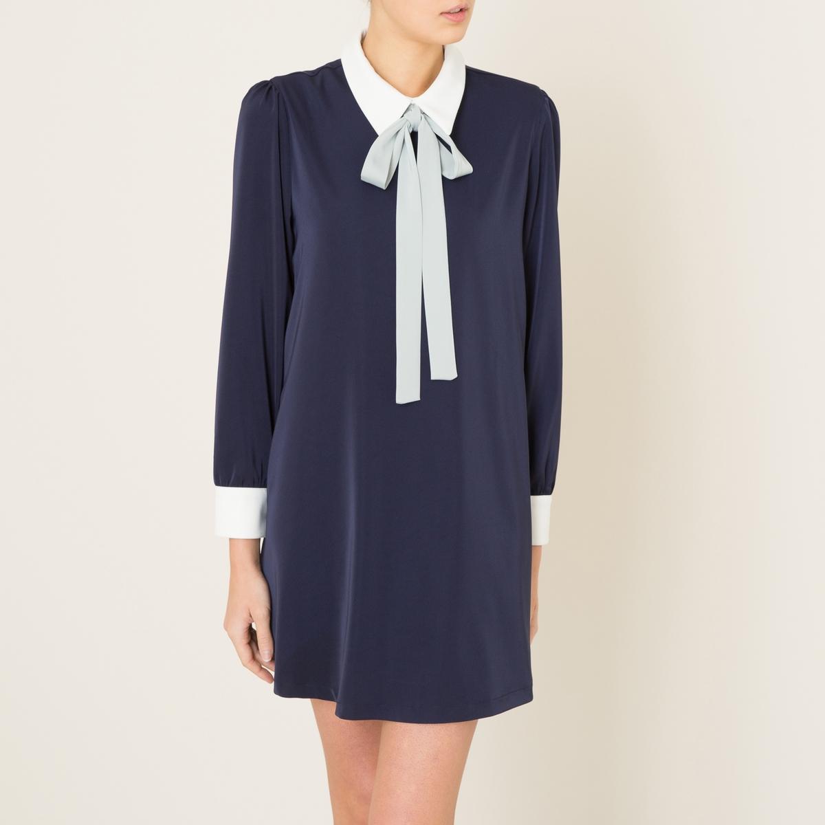 Платье с галстуком-бантомКороткое платье SISTER JANE - форма футляр, из струящейся ткани, с галстуком-бантом контрастного цвета. Рубашечный воротник с галстуком-бантом контрастного цвета, застежка на пуговицу и скрытую молнию сзади. Длинные рукава, манжеты с застежкой на пуговицы, со складками. Сборки на плечах.Состав и описание    Материал : 95% полиэстера, 5% эластана   Подкладка 95% полиэстера, 5% эластана   Длина : 83 см для размера 36   Марка : SISTER JANE<br><br>Цвет: темно-синий<br>Размер: M