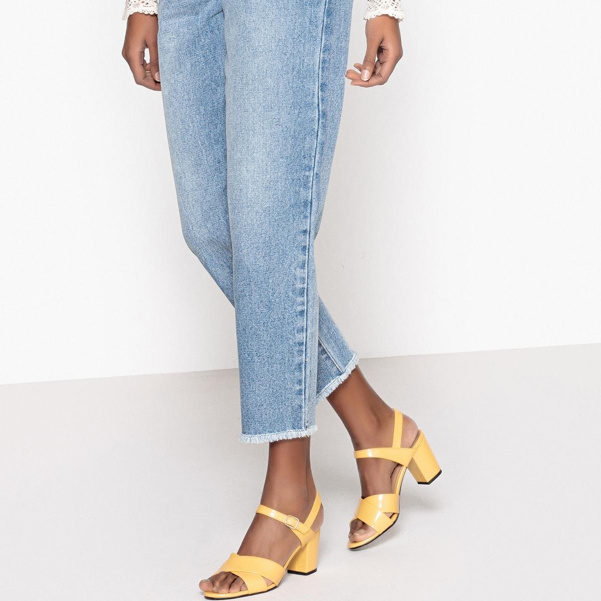 Sandalias de charol amarillas con correas cruzadas