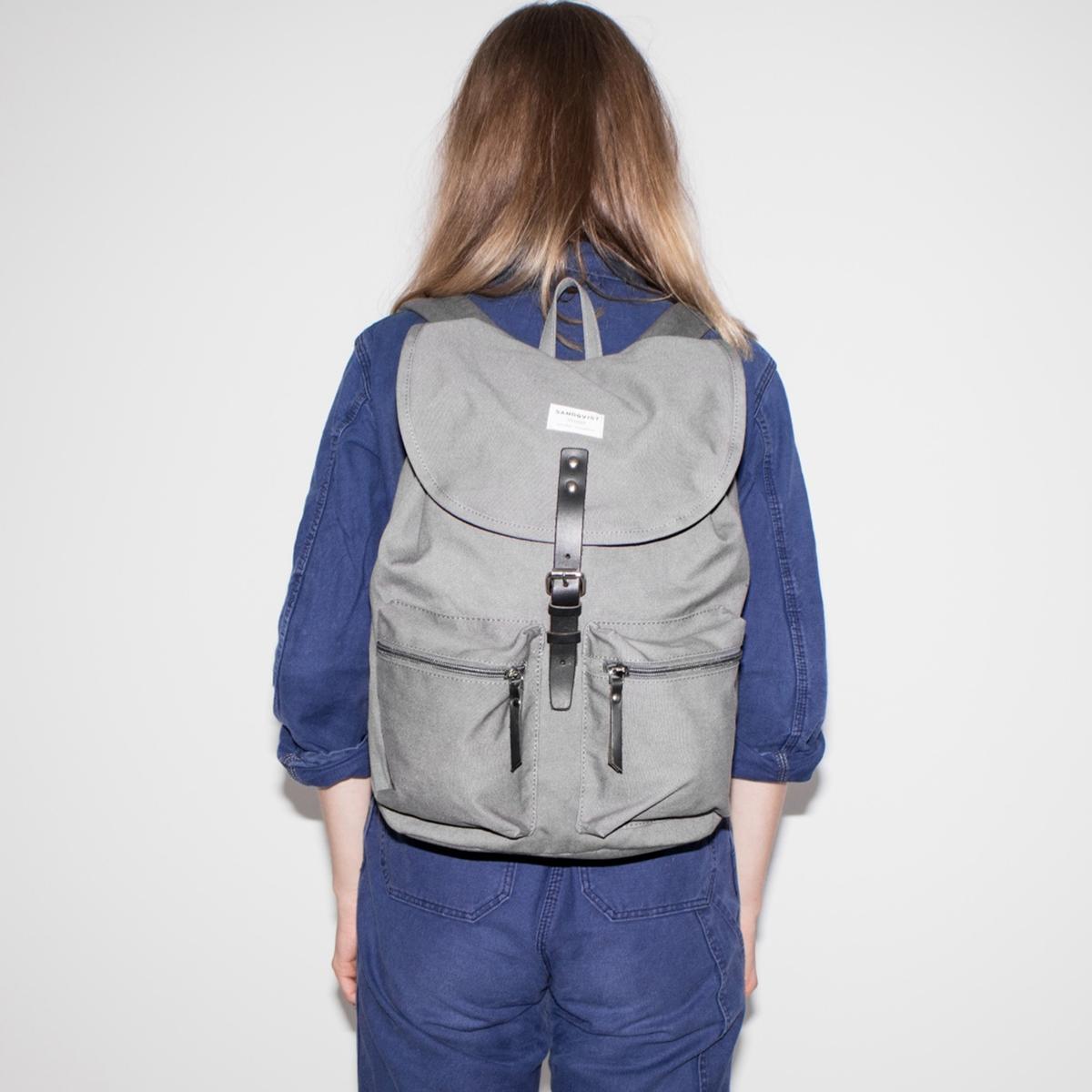Рюкзак с несколькими карманами ROALDОписание:Рюкзак с несколькими карманами SANDQVIST - модель ROALD : Небольшая ручка позволяет держать рюкзак в руке, 2 регулируемые бретели, чтобы носить рюкзак на плечах, 2 кармана спереди.Детали •  На шнурке •  Кожаный ремешок с металлической пряжкой   Внутренний карман на молнии •  Два небольших внешних кармана на молнии •  Внутренний карман для ноутбука (26 x 29 x 2 см) •  Внутренний карман для ноутбука 15 дюймов (подходит для большинства ноутбуков с диагональю 15 дюймов) •  Размеры : 28 x 36 x 17 см •  Объем 17лСостав и уход •  Биохлопок и вторичный полиэстер •  65% биохлопка, 35% вторичного полиэстера •  Вставки из высококачественной кожи •  Подкладка 100% вторичный полиэстер •  Следуйте инструкции по уходу, указанной на этикетке.<br><br>Цвет: серый