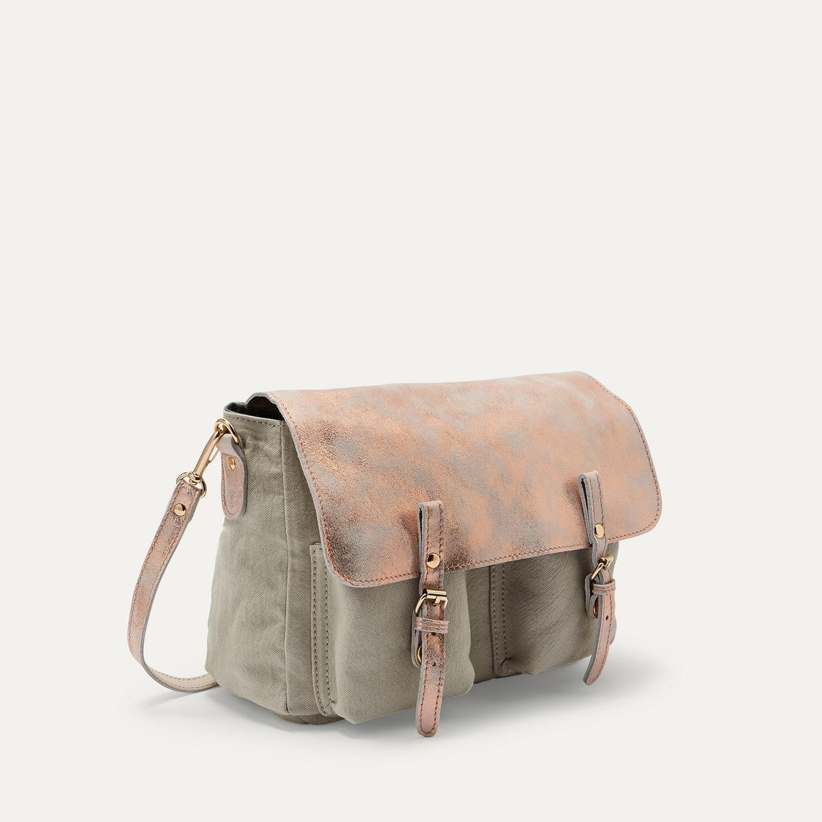 Сумка MINI MATHS SPRAYСумка-мини-портфель CRAIE - модель MINI MATHS SPRAY, из ткани и кожи. Модулируемая сумка. Можно носить в руках и на плече, как сумку или как рюкзак, благодаря кольцу и съемному регулируемому ремню. Застёжка на кнопки под пряжками. 1 внутренний накладной карман с застёжкой на кнопку. Состав и описание Материал : кожа ягненка и хлопковая тканьПодкладка из хлопковой ткани и кожиРазмеры : Ш24 x В18 x Г7 см.Отделения : 1 + 2 кармана спередиМарка : CRAIE<br><br>Цвет: экрю