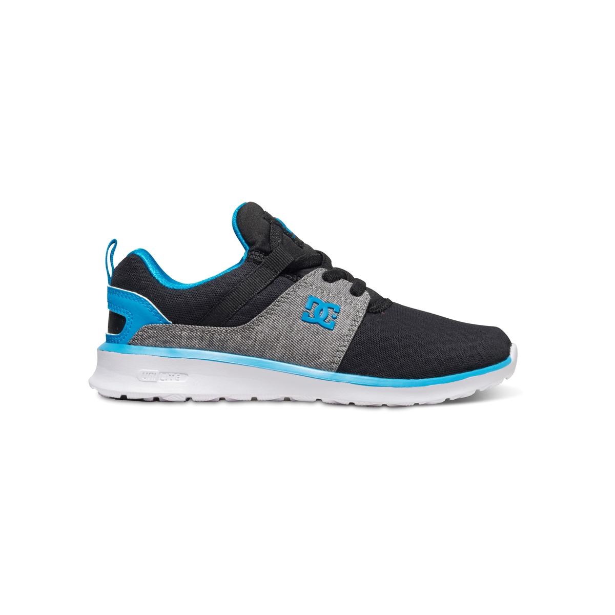 Кеды низкие DC SHOES HEATHROW B SHOE HB1Кеды низкие, на шнуровке, HEATHROW B SHOE HB1 от DC SHOES.Верх: текстильПодкладка: текстильСтелька: текстиль Подошва : каучук Застежка : шнуровкаМарка DC Shoes, появившаяся в 1994 году,  позиционирует себя, как королева скольжения и создает стильные и технологичные коллекции для скейтборда, серфинга, сноуборда и даже для велосипедного мотокросса, мотоспорта и экстремальных видов спорта   . В своих коллекциях она предлагает модную городскую обувь, невероятно легкую и как всегда с калифорнийским колоритом  ! Подтверждением этому стала комфортная, крепкая и стильная модель HEATHROW !<br><br>Цвет: черный/ синий<br>Размер: 28