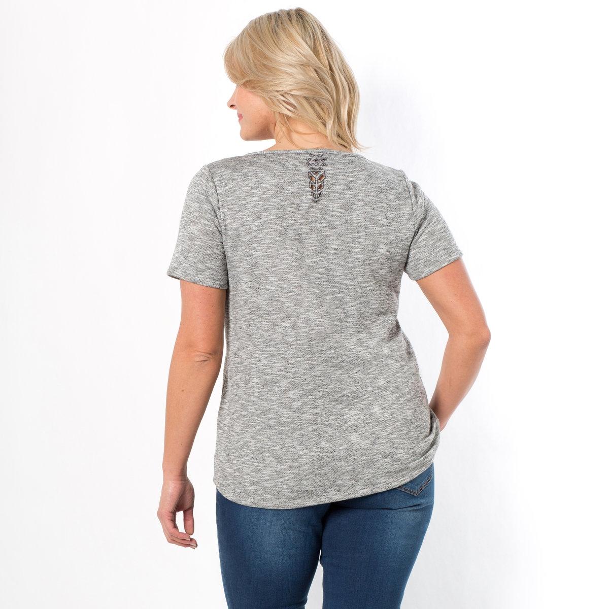 ФутболкаФутболка. Красивая ажурная геометричная вышивка на воротнике и на плечах. Короткие рукава. Круглый вырез. Мольтон 60% полиэстера, 22% хлопка, 18% вискозы. Длина 65 см.<br><br>Цвет: серый меланж<br>Размер: 58/60 (FR) - 64/66 (RUS)