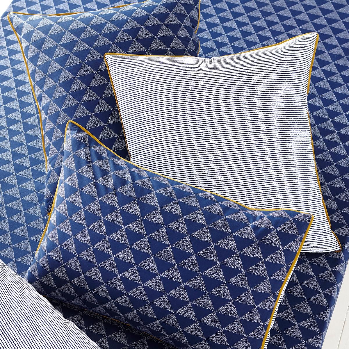 Наволочка с рисунком, IssorХарактеристики наволочки Issor:    наволочка формы мешок и чехол для подушки-валика с рисунком в виде синих треугольников с изнаночной стороны и синие полоски на белом фоне с оборотной стороны. Отделка бейкой контрастного желтого цвета.   100% хлопка с плотным переплетением (57 нитей/см?): чем больше количество нитей/см?, тем выше качество изделия.  Стирка при 60°C.    Знак Oeko-Tex® гарантирует отсутствие вредных для здоровья веществ в протестированных и сертифицированных артикулах.                                                                                                                          Весь комплект постельного белья Issor  - на сайте laredoute. ru                                                                                                                       Размеры на выбор:   63 x 63 см: квадратная наволочка,                            50 x 70 см: прямоугольная наволочка.<br><br>Цвет: синий/белый/желтый<br>Размер: 63 x 63  см