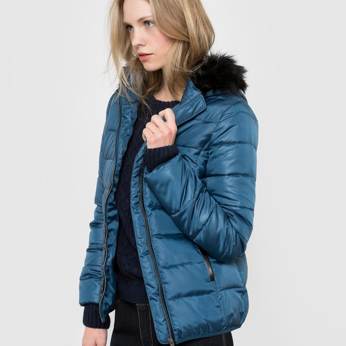Куртка стеганая с капюшономСтеганая куртка. Капюшон оторочен искусственным мехом. Застежка на молнию. 2 кармана. Эластичный низ рукавов . Длина 65 см.  Состав и описаниеМатериал 100% полиэстера, наполнитель 100% полиэстера Подкладка        100% полиэстераМарка R ?ditionУходМашинная стирка при 30 °CМашинная сушка запрещенаНе гладить<br><br>Цвет: оливковый<br>Размер: 36 (FR) - 42 (RUS)