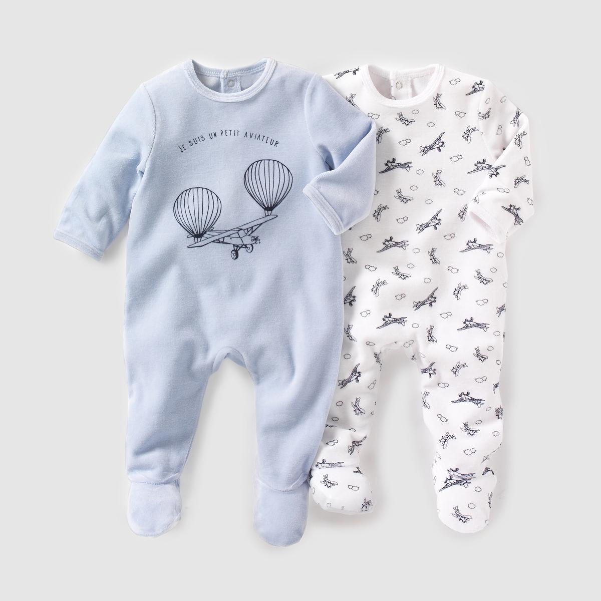 2 пижамы из велюра, 0 месяцев - 3 годаКомплект из 2 велюровых пижам. В комплект входят: 1 пижама с рисунком самолеты + 1 однотонная пижама с рисунком самолеты спереди. Клапан на кнопках и застежка на кнопки сзади. Нескользящая подошва начиная с размера 74 см (12 месяцев), эластичные вставки сзади для лучшей поддержки. Состав и описаниеМатериал: 75% хлопка, 25% полиэстера.Марка: R essentiels.УходСтирать и гладить с изнанки.Машинная стирка при 30°C в умеренном режиме, с одеждой подобных цветов.Машинная сушка в умеренном режиме.Гладить на низкой температуре.<br><br>Цвет: синий/белый<br>Размер: 3 мес. - 60 см