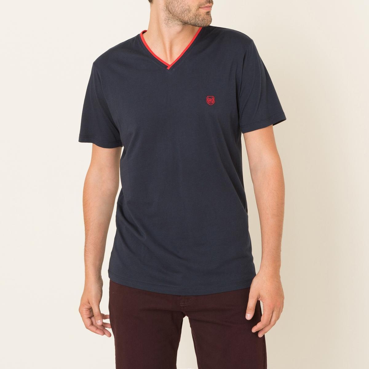 Однотонная футболкаФутболка THE KOOPLES SPORT - с V-образным двухцветным вырезом .  V-образный перекрестный двухцветный вырез в рубчик . Короткие рукава. Прямой покрой.Состав и описание Материал : джерси, 100% хлопкаРубчик 95% хлопка, 5% эластана Марка : THE KOOPLES SPORT<br><br>Цвет: темно-синий