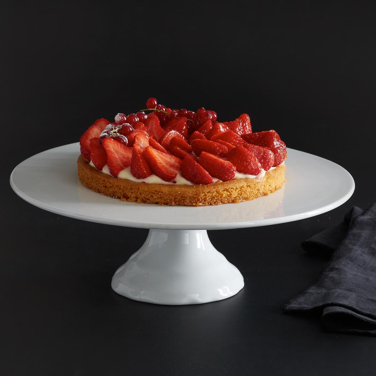 Блюдо на ножке для торта  из фарфораБлюдо на ножке для торта из фарфора  La redoute Int?rieurs  .  Классический стиль с гармоничными линиями и оригинальными выемками на ножке . Характеристики блюда на ножке для торта   :- Блюдо на ножке для торта  из фарфора - Диаметр : 30 см.. - Высота : 10 см.- Использование в посудомоечной машине и микроволновой печи запрещено<br><br>Цвет: белый<br>Размер: единый размер