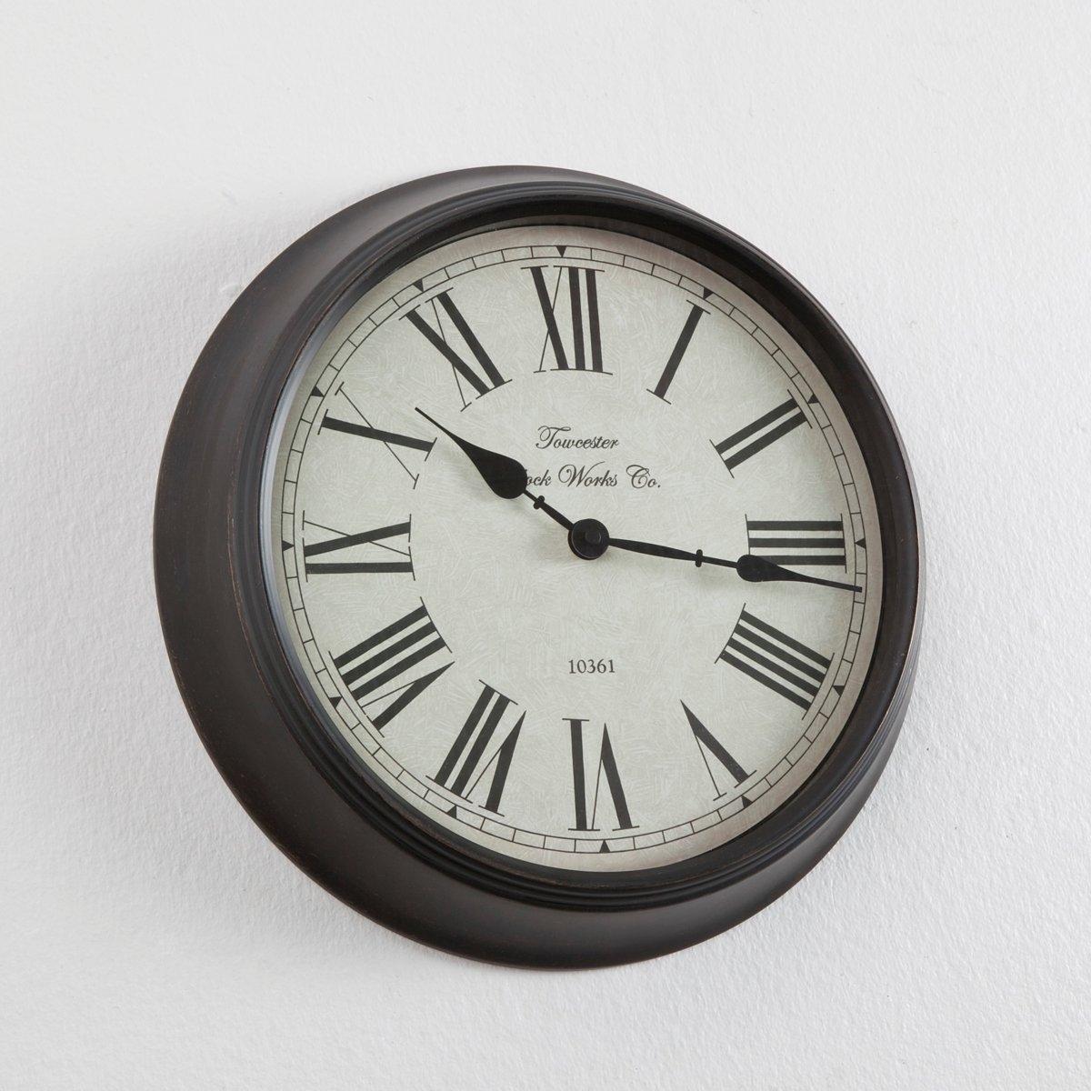 Настенные часы ZivosНастенные часы Zivos. Часы в стиле ретро как будто перешли к нам от наших бабушек с их металлической крашеной рамой, римскими цифрами и черными стрелками на белом фоне. Описание часов Zivos:Римские цифры и черные стрелки на белом фоне.Кварцевый механизм.Работают от 1 батарейки LR6 (продается на сайте).Характеристики часов Zivos:металлическая крашеная рама.Вся коллекция часов  Zivos на нашем сайте laredoute.ru.Размеры часов Zivos:Диаметр: 36 см.<br><br>Цвет: красно-коричневый