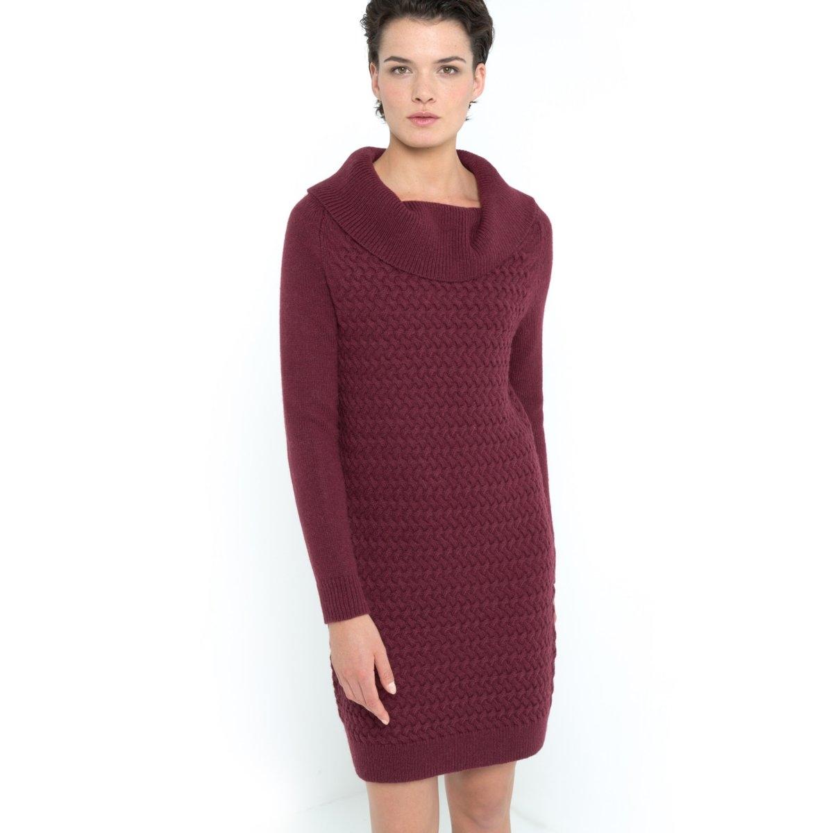 Платье-пуловер с витым узоромПлатье-пуловер с витым узором. Объёмный воротник  в рубчик. Витые узоры спереди. Длинные рукава и спинка из трикотажа джерси,  40% шерсти, 30% альпаки, 30% акрила. Пройма реглан. Отделка рубчиком низа и низа рукавов. Длина 92 см.<br><br>Цвет: красный/ бордовый<br>Размер: 38/40 (FR) - 44/46 (RUS)