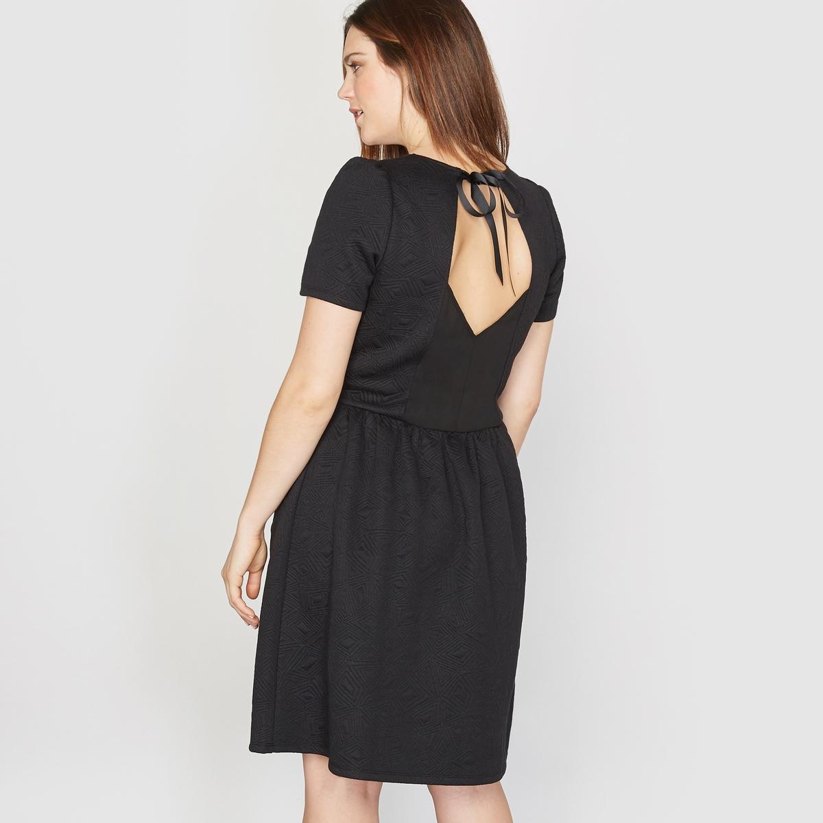 Платье из рельефного трикотажаСостав и описание :Материал : рельефный трикотаж 98% полиэстера, 2% эластана.Длина : 92 см.Марка : CASTALUNAУход : Машинная стирка при 30 °C.<br><br>Цвет: красный,черный<br>Размер: 46 (FR) - 52 (RUS)