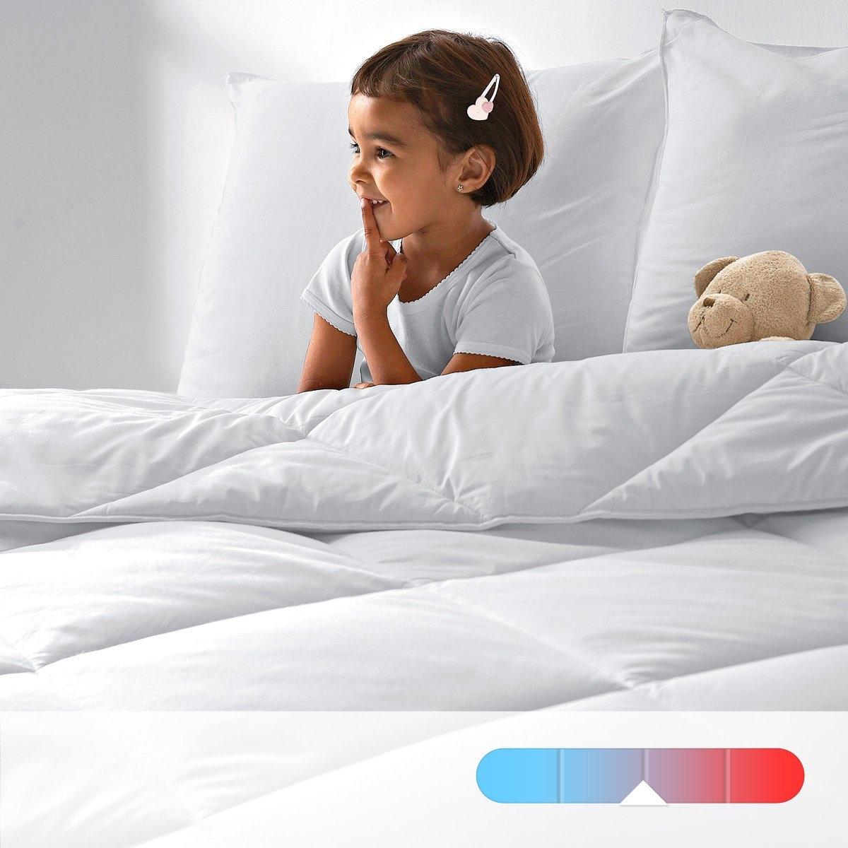 Синтетическое одеяло LA REDOUTE CREATION, 350 г/м?Синтетическое одеяло LA REDOUTE CREATION. Одеяло, не вызывающее аллергии. Обработка Aegis надолго защищает от клещей, бактерий и грибка. Наполнитель из 100% полых волокон полиэстера. Плотность 350 г/м?. Чехол из 100% хлопка с обработкой Aegis, обеспечивающей свежесть и идеальную гигиену. Отделка кантом. Простежка квадратами по диагонали. Стирка при 40°, возможна машинная сушка при умеренной температуре. Идеально для температуры воздуха 18-22°.<br><br>Цвет: белый