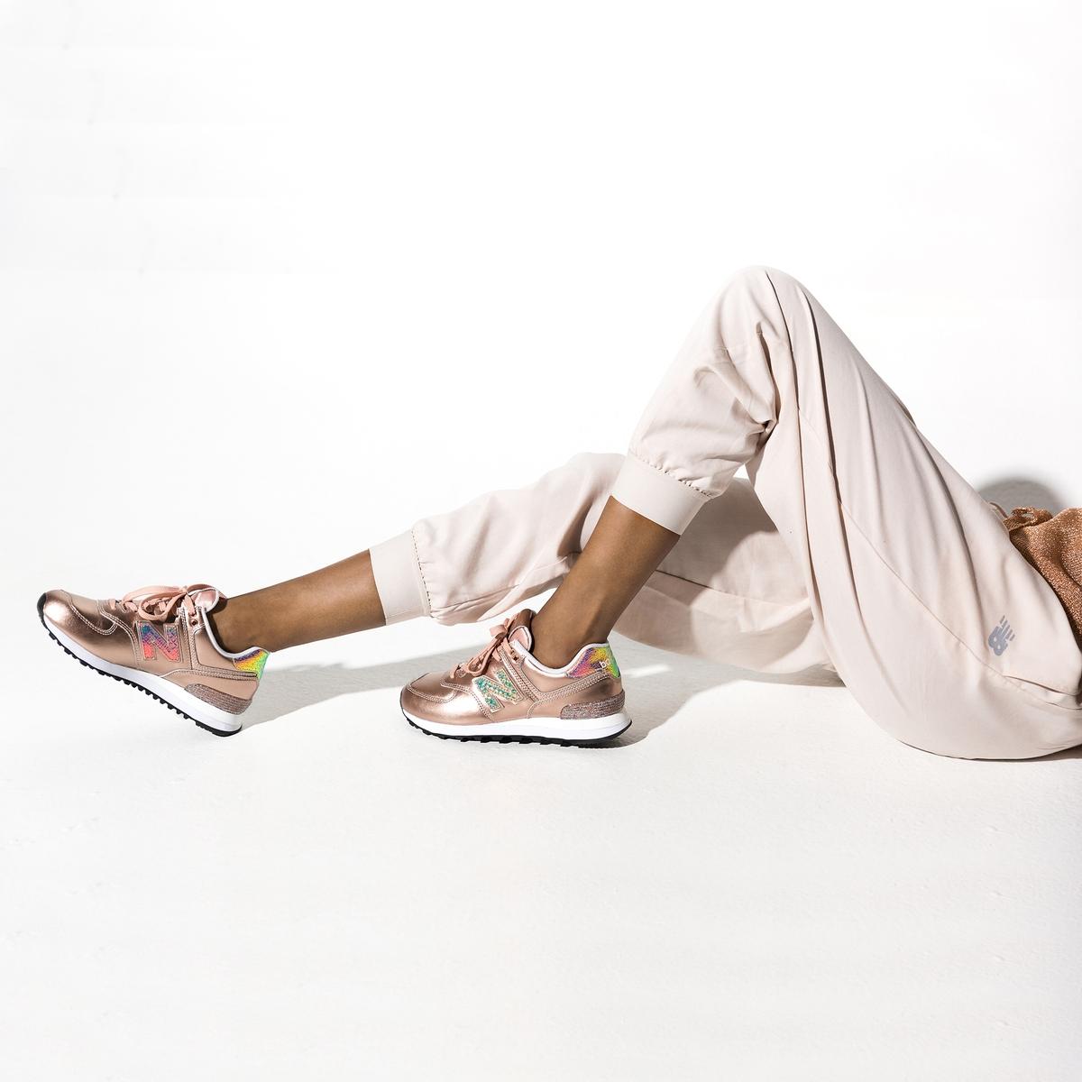 Кеды низкие из кожи на шнуровкеОписание:Кеды низкие на шнуровке NEW BALANCE. Кожа с металлическим блеском и блестящими деталями с пайетками. Знак марки с внешней стороны, N с пайетками.Детали •  Спортивный стиль •  Плоский каблук •  Застежка : шнуровка •  Гладкая отделкаСостав и уход •  Верх/Голенище : 100% кожа •  Подкладка : 100% текстиль •  Стелька : 100% текстиль •  Подошва : 100% синтетический материал<br><br>Цвет: металлик