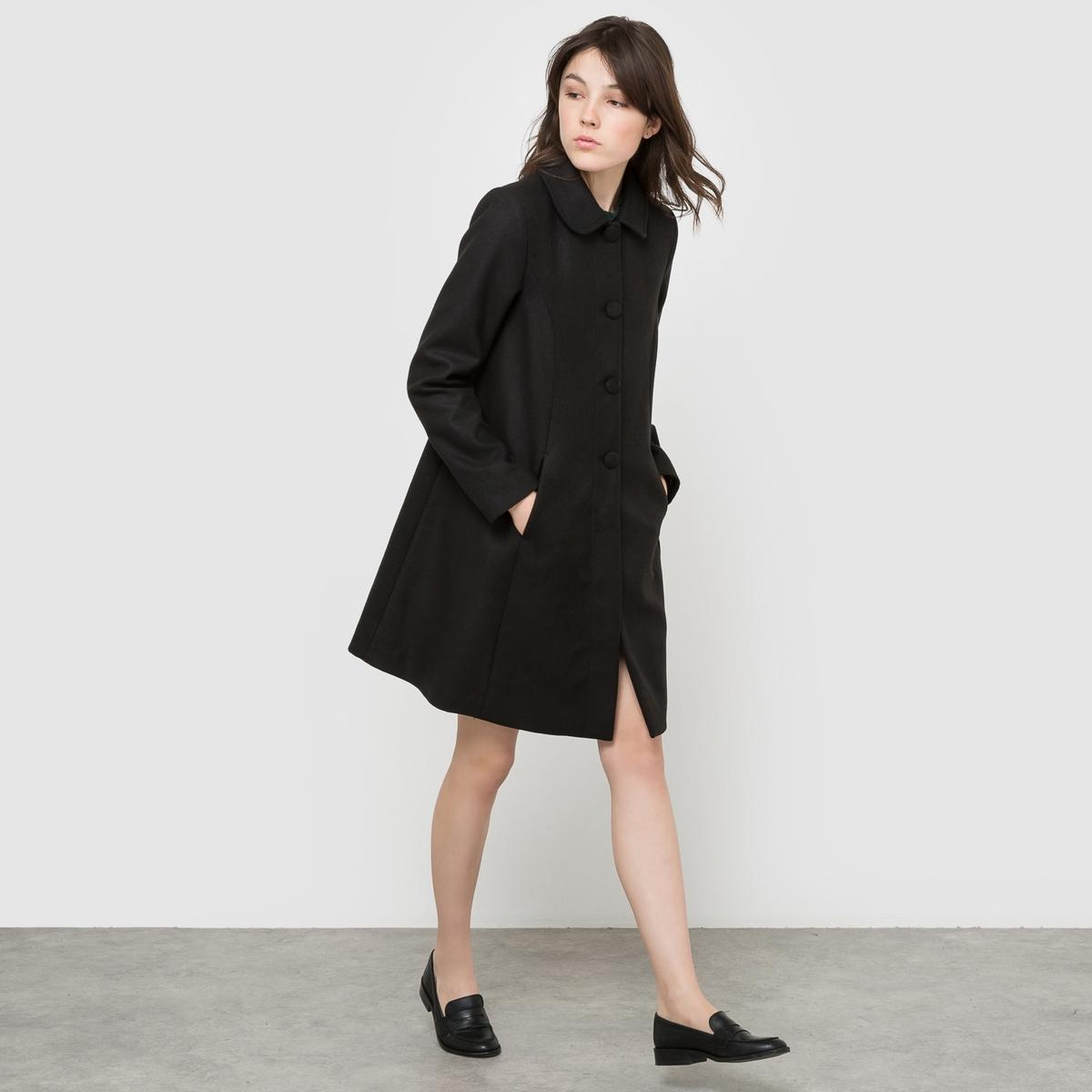 Пальто с накидкой и карманами.