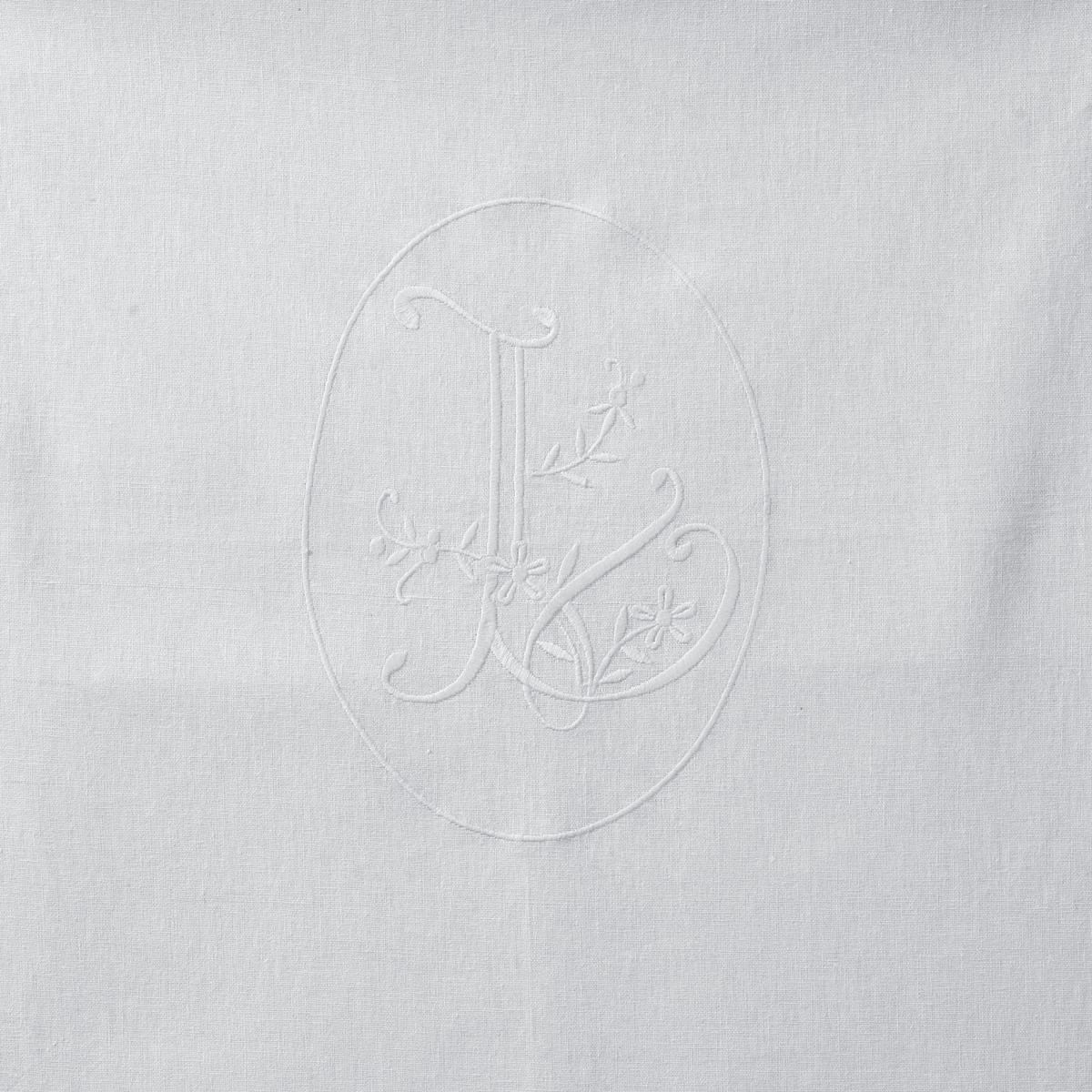 Скатерть из полушерстяной ткани с вышивкой в виде декоративных отверстий, L BROD?Текстиль для столовой с вышивкой в тон для изысканного и романтичного стола. Полушерстяная ткань из волокон льна и хлопка, мягкая и устойчивая к стиркам. Великолепное напоминание красивого текстиля как в прежние времена! Высокое качество льна и хлопка, вышивка в центре в виде вензеля с цветами, листьями и гирляндами, бесподобная на ощупь драпированная скатерть.Отделка в виде декоративных отверстий.55% льна, 45% хлопка.Машинная стирка при 40 °С.<br><br>Цвет: белый<br>Размер: 150 x 300