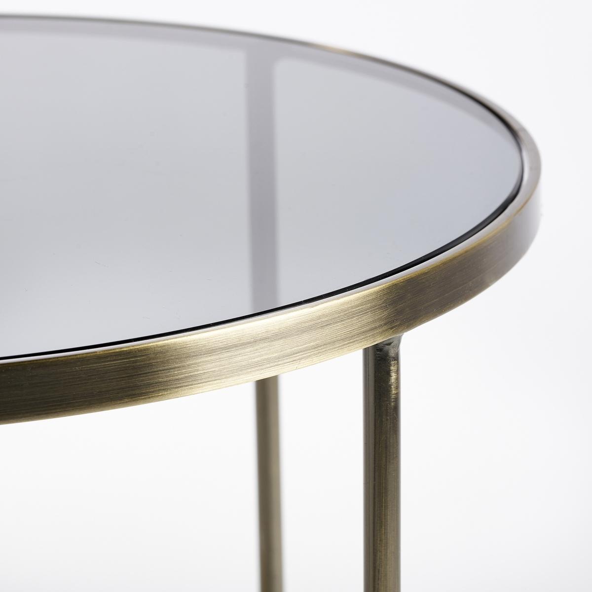 Столик диванный UlupnaДиванный столик Ulupna. Изящная круглая форма…Характеристики :- Каркас из металла с отделкой из латуни с эффектом старения- Верхняя столешница из дымчатого стекла- Нижняя столешница из зеркала- Поставляется в собранном видеРазмеры : - диаметр 40 x высота 40 см Размеры и вес упаковки : - Ш.47,5 x В.51,5 x Г.47,5 см, 9,45 кг<br><br>Цвет: старинная латунь<br>Размер: единый размер