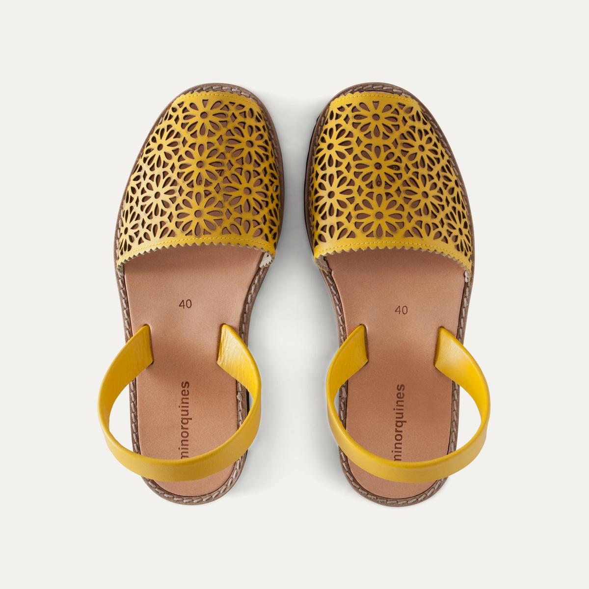 Босоножки кожаныеДетали  •  Плоский каблук •  Застежка : без застежки •  Открытый мысок •  Гладкая отделкаСостав и уход  •  Верх 100% кожа •  Подошва 100% ЭВА<br><br>Цвет: желтый,черный<br>Размер: 40.39.38