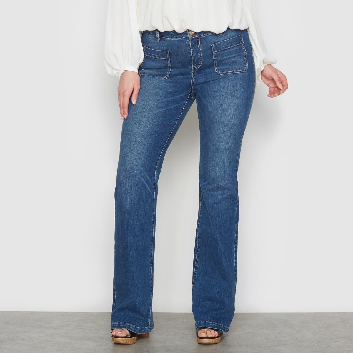 Джинсы клеш из денима стретчДжинсы клеш. Ультра-женственная модель. Прямой покрой до колена, от колена расклешенные. 2 накладных кармана спереди и сзади. Застежка на молнию и болт. Пояс со шлевками. Деним, 99% хлопка, 1% эластана. Длина по внутр.шву 84 см. Ширина по низу: 27 см.<br><br>Цвет: синий с потертостями<br>Размер: 44 (FR) - 50 (RUS).42 (FR) - 48 (RUS)