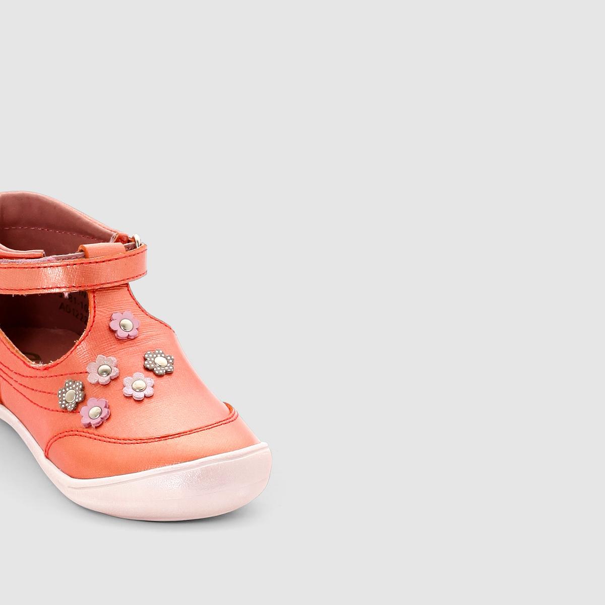 Сандалии MATILDEЗакрытые сандалии из кожи с ремешком на планке-велкро MATILDE марки Aster        Верх : Яловичная кожа      Подкладка : невыделанная кожа     Стелька : невыделанная кожа     Подошва : термоэластопласт     Застежка : ремешок с планкой-велкро Знаменитая французская марка Aster подарила нескольким поколениям маленьких ног комфорт, качество, подлинность… И это еще не все достоинства этих потрясающих закрытых сандалий из мягкой кожи  . Сандалии прекрасно надеваются благодаря эргономичному покрою и планке-велкро, позволяющей идеально отрегулировать обувь по ноге.<br><br>Цвет: коралловый