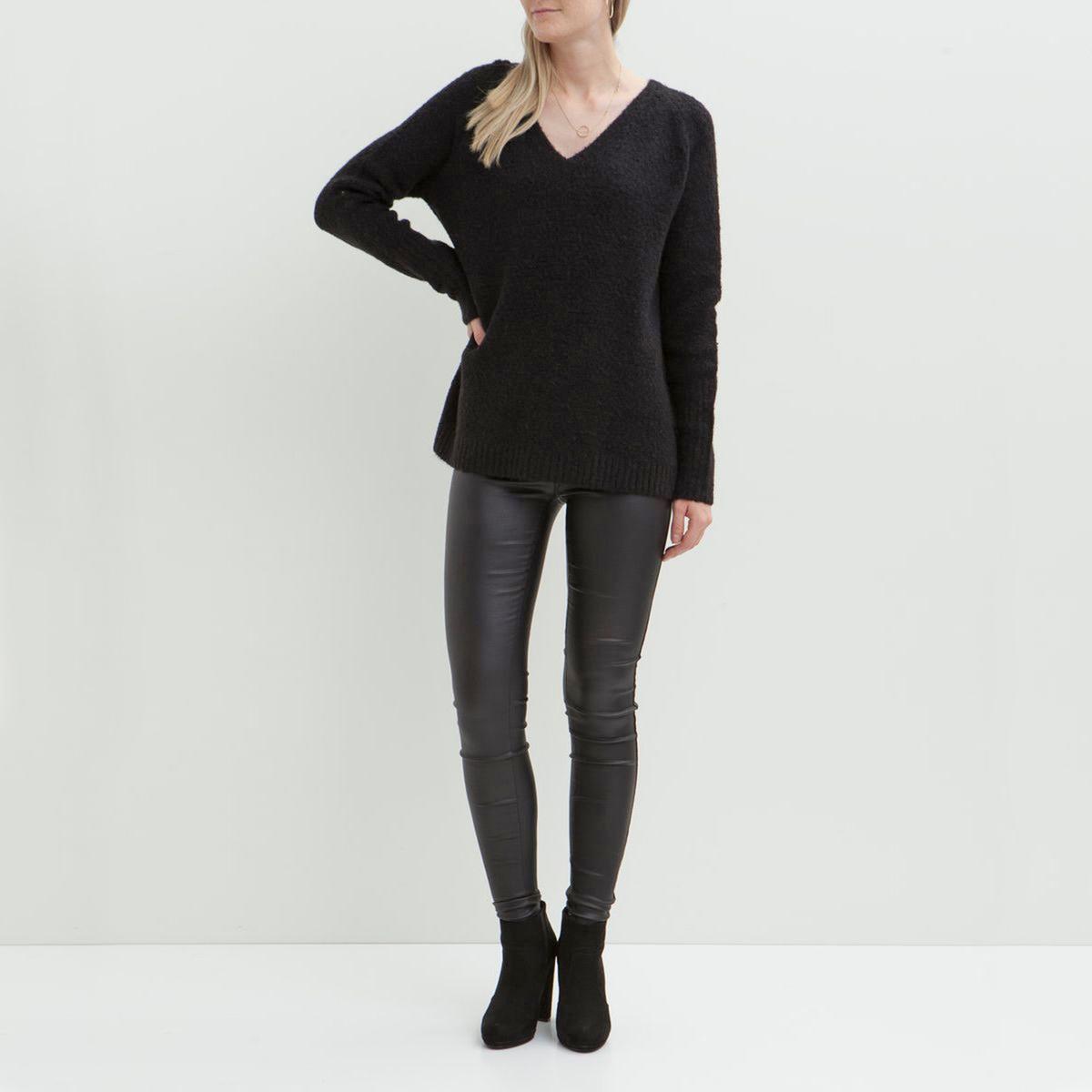 Пуловер Viplace,треугольный вырезСостав и описаниеМатериал : 45% акрила, 30% шерсти, 20% полиамида Нейлон, 5% эластана.Марка : Vila.Модель : Viplace.УходСледуйте инструкциям по уходу на этикетке<br><br>Цвет: черный<br>Размер: M