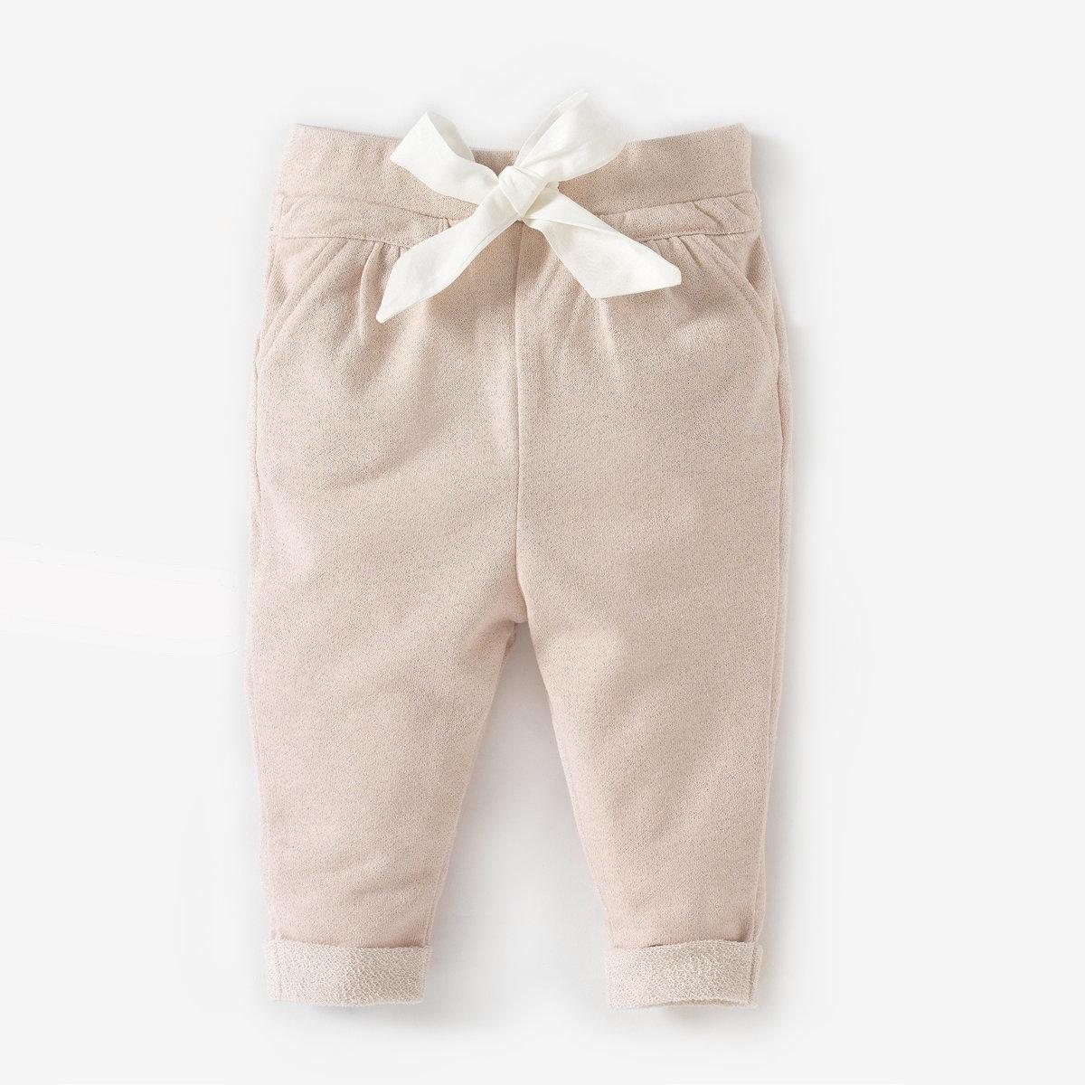 Брюки с пайетками, 1 месяц-3 годаСпортивные брюки без застежки 72% хлопка, 18% полиэстера, 10% металлизированных нитей. Идеальны для вашего маленького непоседы. Эластичный пояс с завязками. 2 кармана спереди. .   Низ брючин с отворотами.<br><br>Цвет: светло-розовый<br>Размер: 3 мес. - 60 см.6 мес. - 67 см.18 мес. - 81 см.2 года - 86 см.3 года - 94 см