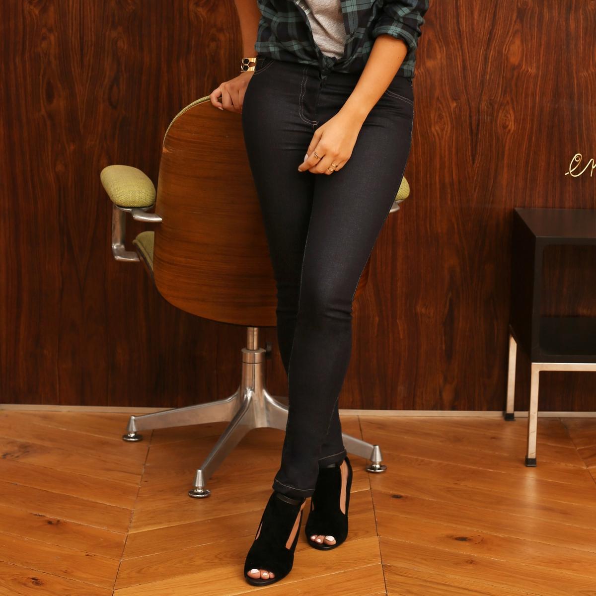 Джинсы узкиеEnjoyPh?nix продолжнает завоевывать мир моды и создает капсульную коллекцию для La Redoute. Самые стильные вещи сезона и модные украшения, олицетворяющие новое поколение, не представляющее своей жизни без общения! Зауженные джинсы из темного денима. 2 кармана спереди и 2 кармана сзади.  Низкий пояс, пояс со шлевками. Застежка на пуговицы спереди.Состав и описание :Основной материал  : 98% хлопка, 2% эластанаДлина по внутр. шву : 80 смШирина по низу : 14,5 смМарка : EnjoyPh?nixУход :Стирка при 30°, на деликатном режиме Отбеливание запрещеноГладить при умеренной температуреСухая чистка запрещена  Барабанная сушка запрещена<br><br>Цвет: темно-синий<br>Размер: 40 (FR) - 46 (RUS)
