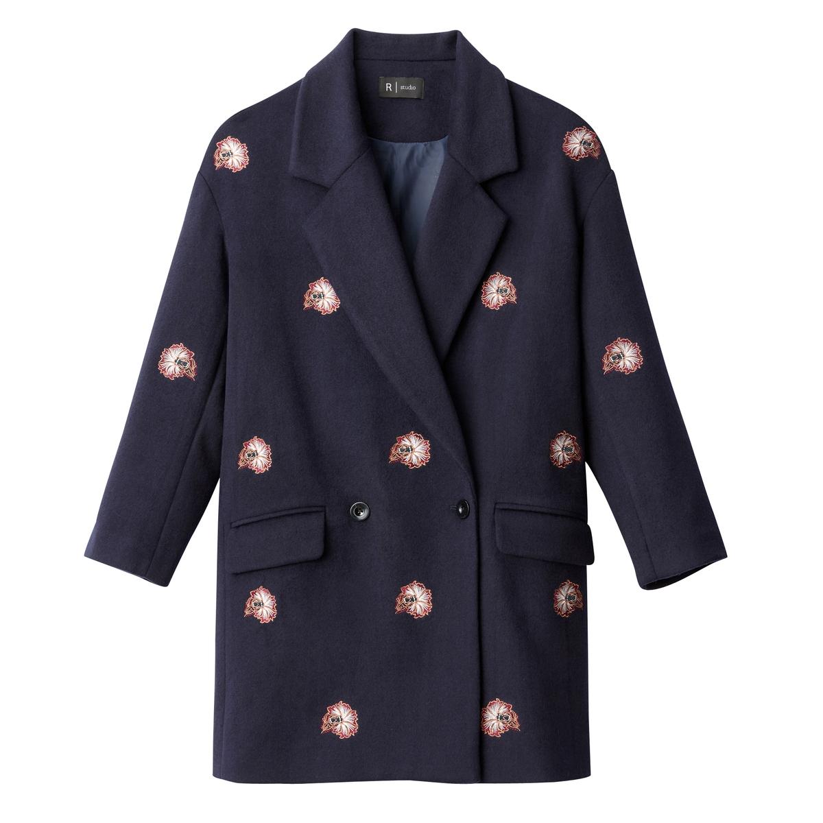 Пальто с вышивкойОписание:Пальто темно-синее с контрастной вышивкой . Английский воротник. Двубортная планка застежки. 2 кармана.Детали •  Длина  : средняя •  Воротник пиджачный •  Рисунок-принт • Застежка на пуговицыСостав и уход •  28% шерсти, 72% полиэстера •  Подкладка : 100% полиэстер • Не стирать   •  Любые растворитель / не отбеливать   •  Не использовать барабанную сушку •  Не гладить •  Длина  : 88 см<br><br>Цвет: темно-синий с вышивкой<br>Размер: 44 (FR) - 50 (RUS).38 (FR) - 44 (RUS)