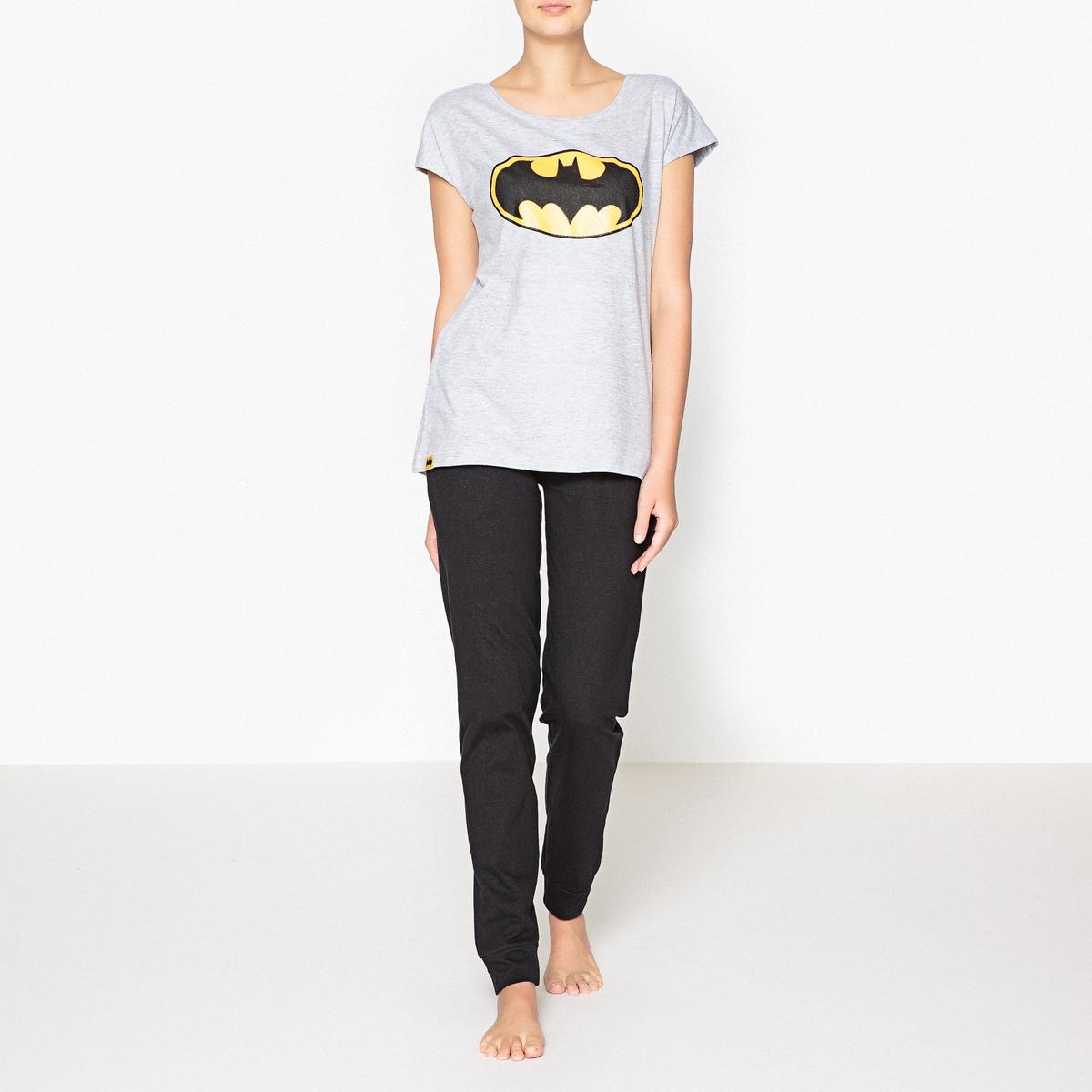 Пижама с принтом, BatmanПижама из хлопка с логотипом Бэтман для фанатов известного персонажа . Несравненный комфорт и графический рисунок . Состав и описаниеРаздельная пижама, верх с принтом, круглый вырез, короткие рукава  .Брюки с завязками и эластичным поясом  .Марка : Batman Материал : 95% хлопка, 5% полиэстераУход: :Машинная стирка при 30 °С на деликатном режиме с вещами схожих цветов.Стирать и гладить при низкой температуре с изнаночной стороны.Машинная сушка запрещена.<br><br>Цвет: черный/серый<br>Размер: L.M.XL
