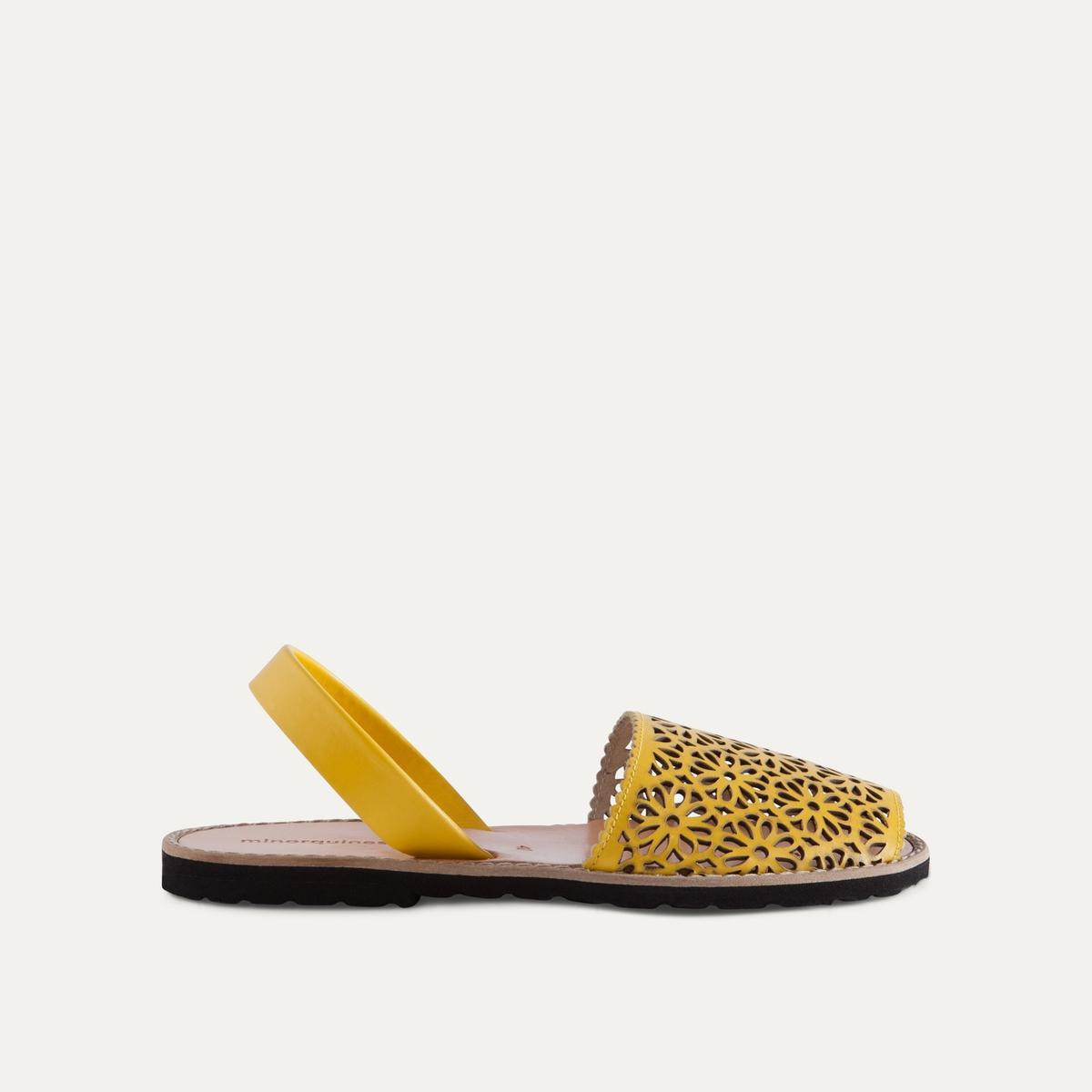 Босоножки кожаныеДетали  •  Плоский каблук •  Застежка : без застежки •  Открытый мысок •  Гладкая отделкаСостав и уход  •  Верх 100% кожа •  Подошва 100% ЭВА<br><br>Цвет: желтый<br>Размер: 38.39