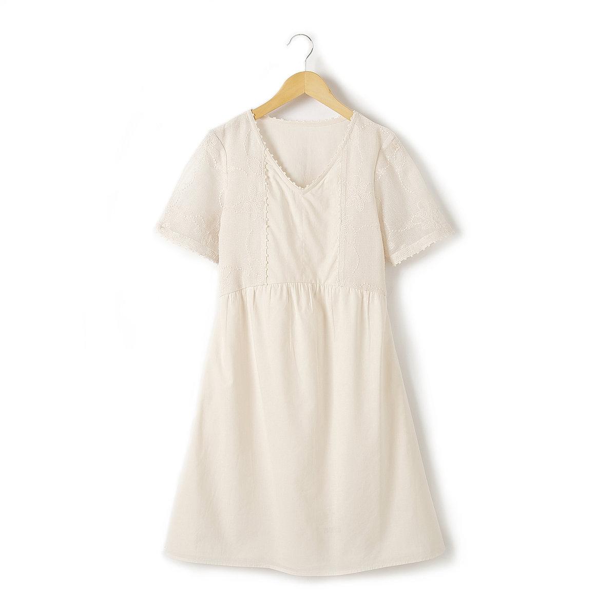 Платье короткое с кружевной аппликациейОчаровательное платье с короткими рукавами из 100% хлопковой вуали . Красивая кружевная аппликация спереди и на рукавах! V-образный вырез . Отрезное по талии, со складками . Оригинальная отделка зубчиком передней части и выреза. Длина . до середины бедра .<br><br>Цвет: экрю