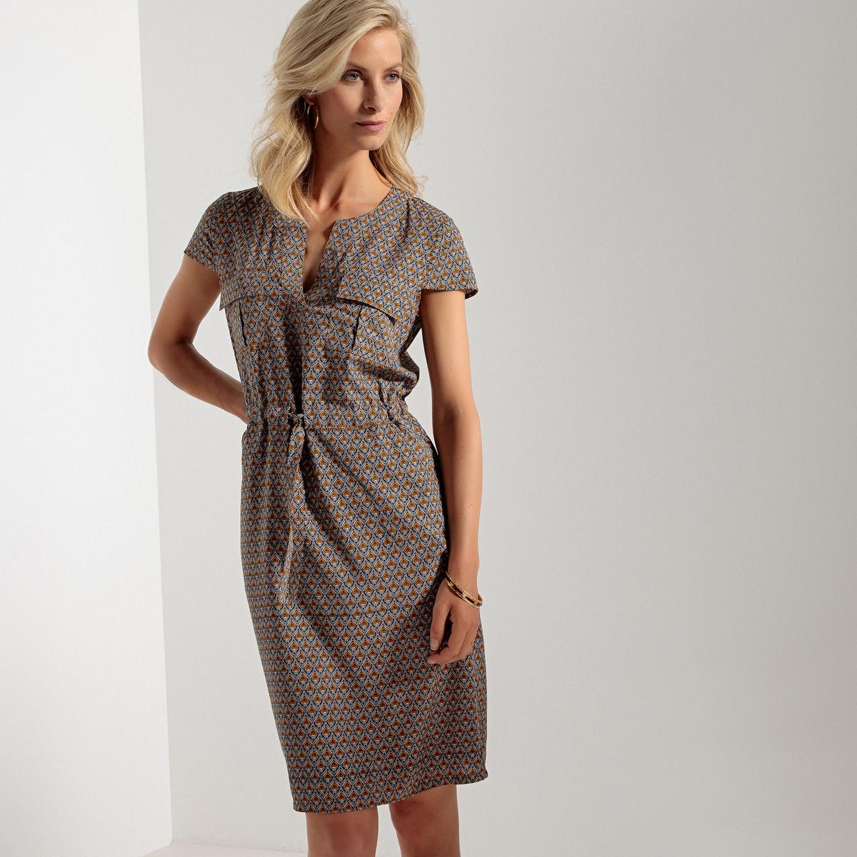 Платье прямое с принтом и круглым вырезом разрезом спереди