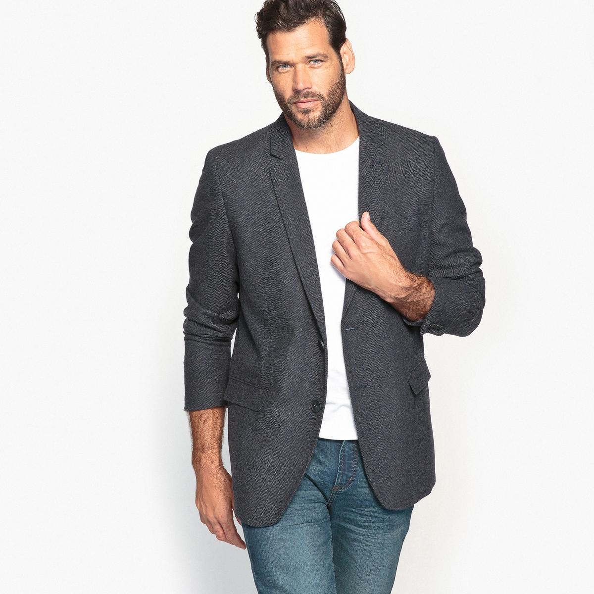 Пиджак костюмный с рисунком ёлочкаОписание:Этот костюмный пиджак с рисунком ёлочка идеально подходит к джинсам, создавая образ в городском стиле. Неотъемлемый предмет гардероба.Детали •  Пиджак костюмный •  Прямой покрой  •  Воротник-поло, рубашечный Состав и уход •  43% шерсти, 6% других волокон, 51% полиэстера • Не стирать •  Допускается чистка любыми растворителями / отбеливание запрещено •  Не использовать барабанную сушку •  Не гладить  Товар из коллекции больших размеров •  Застежка на 2 пуговицы. •  2 кармана с клапанами.<br><br>Цвет: синий морской<br>Размер: 76.58.56.72