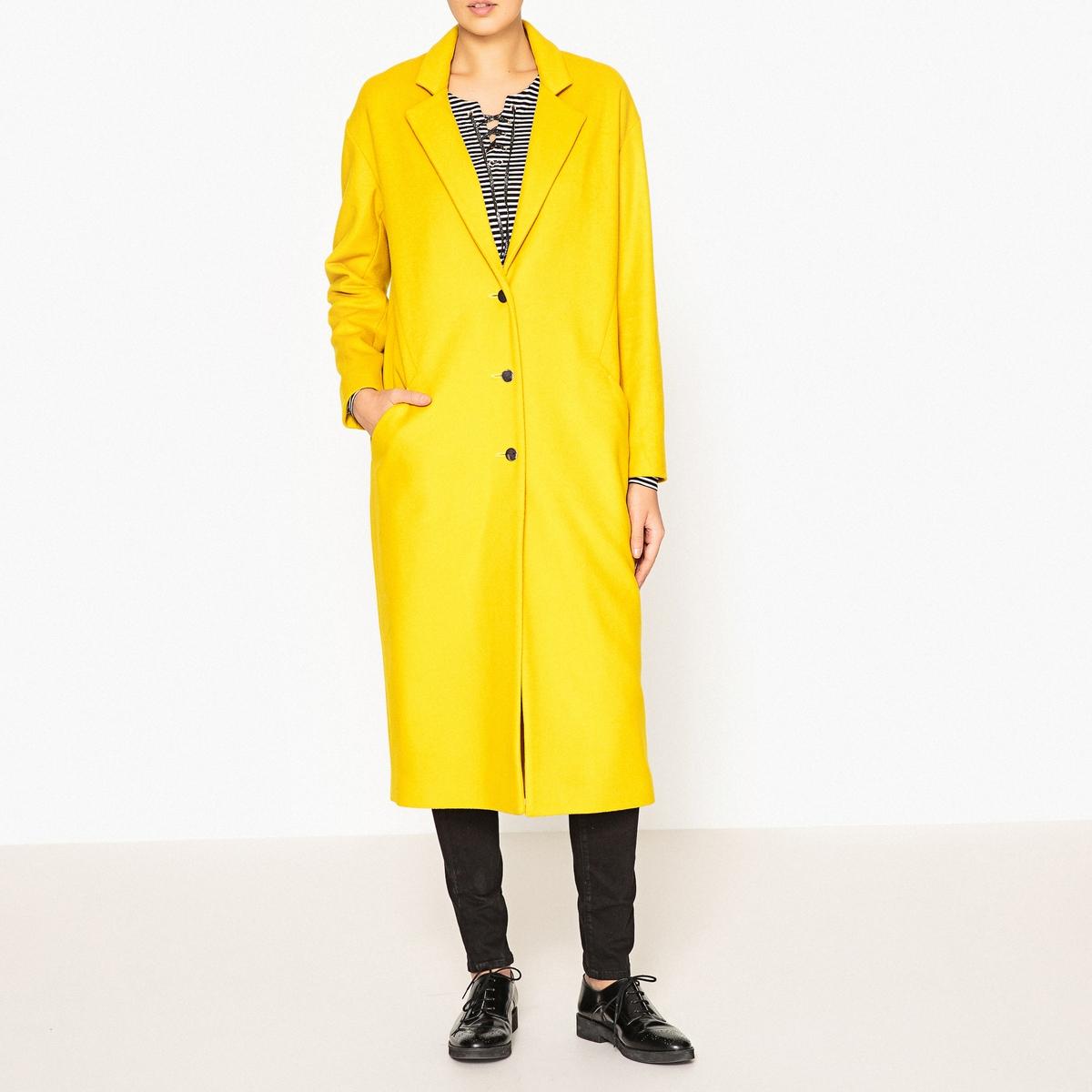 Пальто длинноеОчень длинное пальто IKKS - с разрезами по бокам, карманами и золотистыми пуговицами.Детали •  Длина : удлиненная модель •  Шалевый воротник • Застежка на пуговицыСостав и уход •  100% шерсть •  Наполнитель : 40% вискозы, 60% полиэстера •  Следуйте советам по уходу, указанным на этикетке •  Шлица сзади •  Длина 117 см<br><br>Цвет: желтый