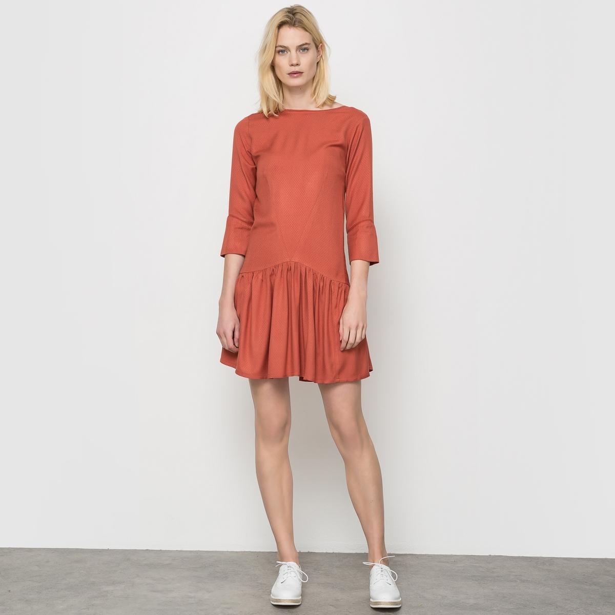 Платье с рукавами 3/4 и V-образным вырезом сзадиПлатье 100% вискоза. Вырез-лодочка. Длинные рукава. Глубокий V-образный вырез сзади. Заниженная талия. Кружевные узоры. Длина 90 см.<br><br>Цвет: розовый