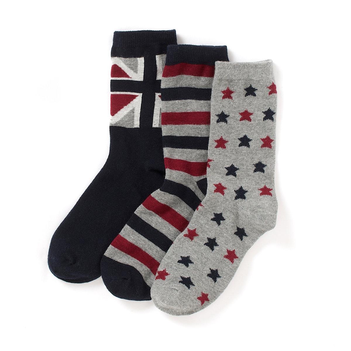Комплект из 3 пар оригинальных носковОригинальные носки. В комплекте 3 пары: 1 пара с рисунком звезды, 1 пара в полоску и 1 пара с рисунком английский флаг.  Состав и описание : Материал       77% хлопка, 21% полиамида, 2% эластанаМарка       abcdRУход :Машинная стирка при 30 °C с вещами схожих цветов.Стирать с изнаночной стороны.Машинная сушка запрещена.Не гладить.<br><br>Цвет: серый меланж + красный + темно-синий<br>Размер: 23/26.27/30