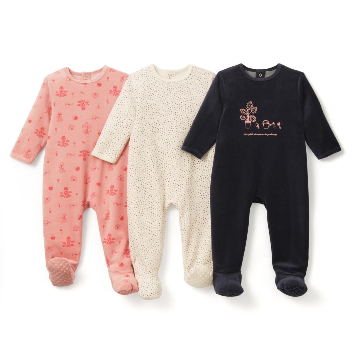 3 пижамы из велюра, 0 мес. - 3 годаПижама из велюра. В комплекте 3 пижамы: 2 пижамы с рисунком + 1 пижама с рисунком спереди. Круглый вырез. Клапан на кнопках и застежка на кнопки сзади. Носочки с покрытием против скольжения от 12 мес. (74 см), эластичные сзади для лучшей поддержки. Верх пижамы без этикетки, чтобы не вызывать раздражение или зуд на коже ребенка. Знак Oeko-Tex*.Товарный знак Oeko-Tex® . Знак Oeko-Tex® гарантирует, что товары прошли проверку и были изготовлены без применения вредных для здоровья человека веществ.Состав и описание :     Материал: велюр, 75% хлопка, 25% полиэстера.    Уход : Машинная стирка при 30 °C на умеренном режиме с вещами схожих цветов. Стирать, сушить и гладить с изнаночной стороны. Машинная сушка на умеренном режиме. Гладить при низкой температуре.    * Международный знак Oeko-tex гарантирует отсутствие вредных или раздражающих кожу веществ.<br><br>Цвет: Розовый+сине-зеленый+экрю<br>Размер: 6 мес. - 67 см.1 год - 74 см.0 мес. - 50 см.3 мес. - 60 см.1 мес. - 54 см