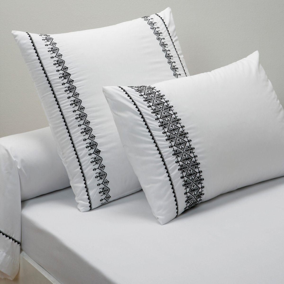 Наволочка ШанезиаКАЧЕСТВО BEST. Мягкая перкаль белого цвета украшена изысканной черной вышивкой. Роскошная перкаль, 100% хлопка (80 нитей/см?). Квадратная: вышивка по бокам. Прямоугольная: вышивка сбоку. На подушку-валик: вышивка по краям. Стирка при 60°. Размеры:  50 x 70 см: прямоуг. 63 x 63 см: квадрат. 85 x 185 см: валик.<br><br>Цвет: белый