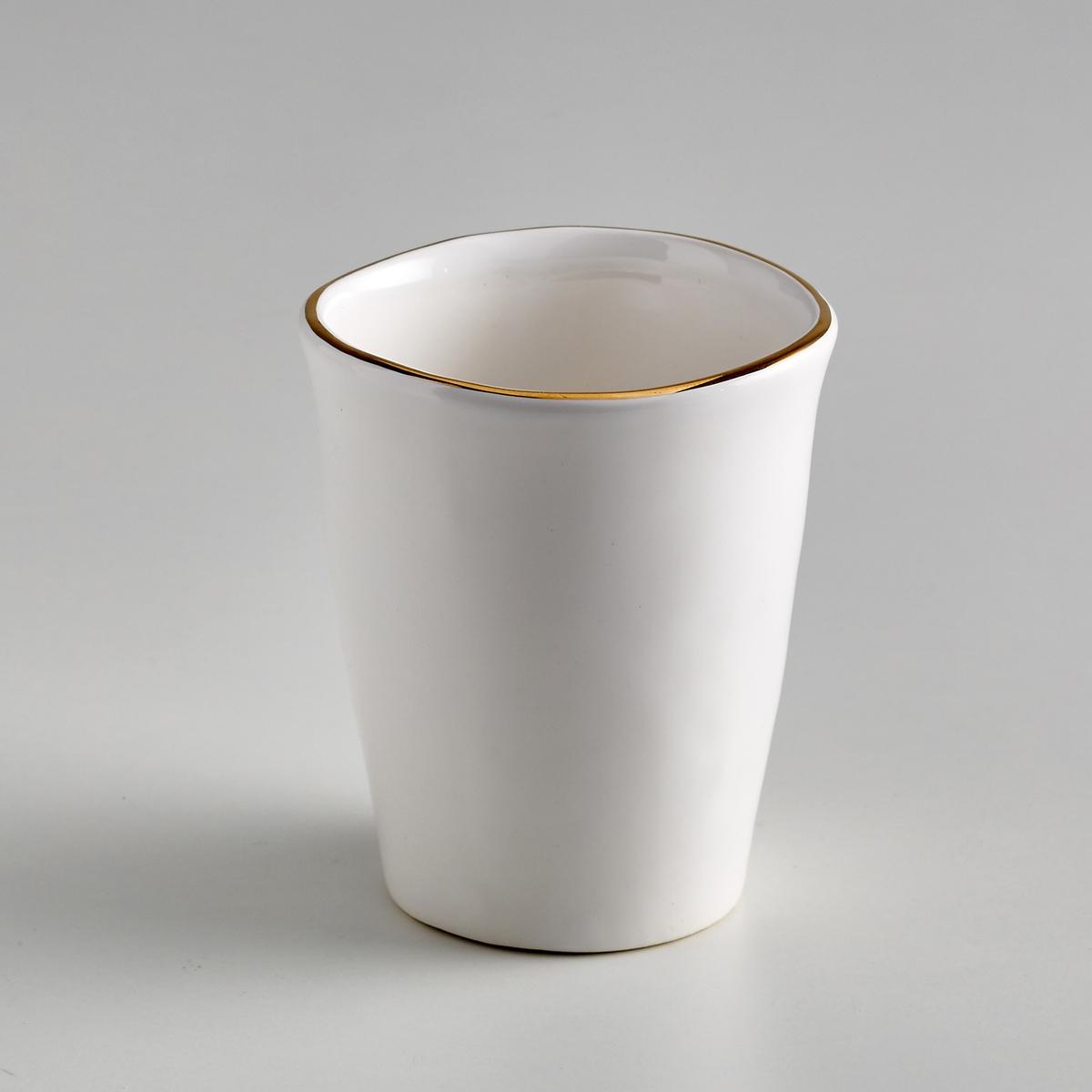 Комплект из 4 чашек из фаянса, Catalpa4 чашки Catalpa. Элегантная и неподвластная времени посуда из фаянса, покрытого белой глазурью, с тонкой каймой золотистого цвета. Органическая форма и неровные края придают чашкам оригинальности. Сделано в Португалии. Разм. : диаметр 7,5 x высота 8 см. Подходят для использования в посудомоечной машине.<br><br>Цвет: белый