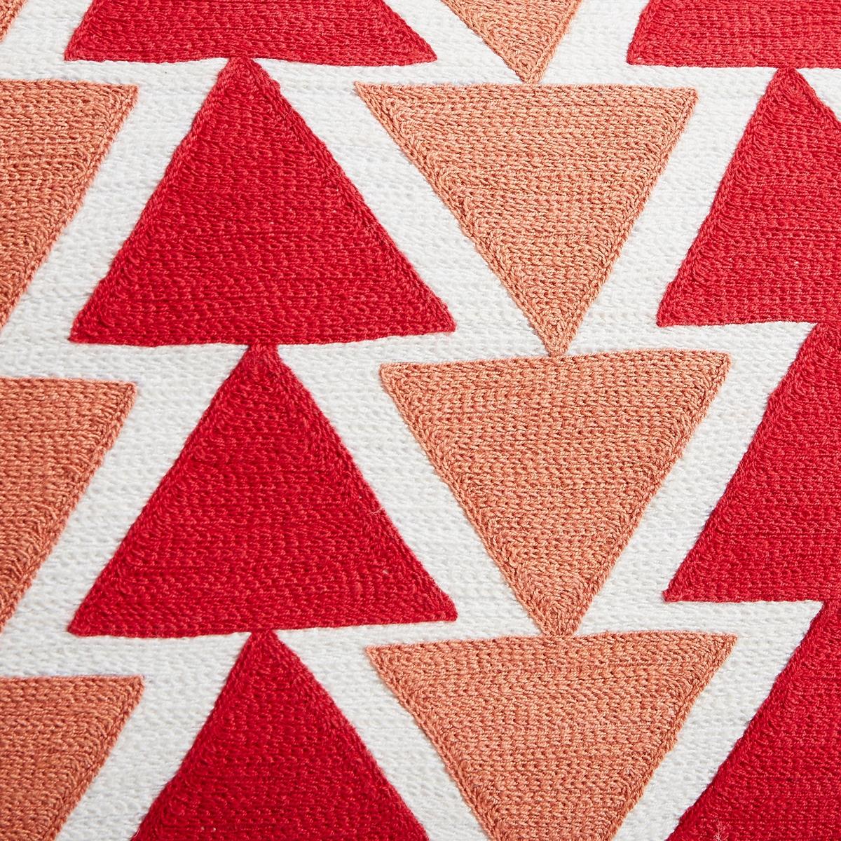 Наволочка на подушку-валик TriangoloНаволочка на подушку-валик Triangolo. Красивый вышитый рисунок в виде треугольника. 100% хлопок. Однотонная оборотная сторона. Застежка на скрытую молнию сзади. Размеры : 50 x 30 см. Подушка продается отдельно.<br><br>Цвет: красный