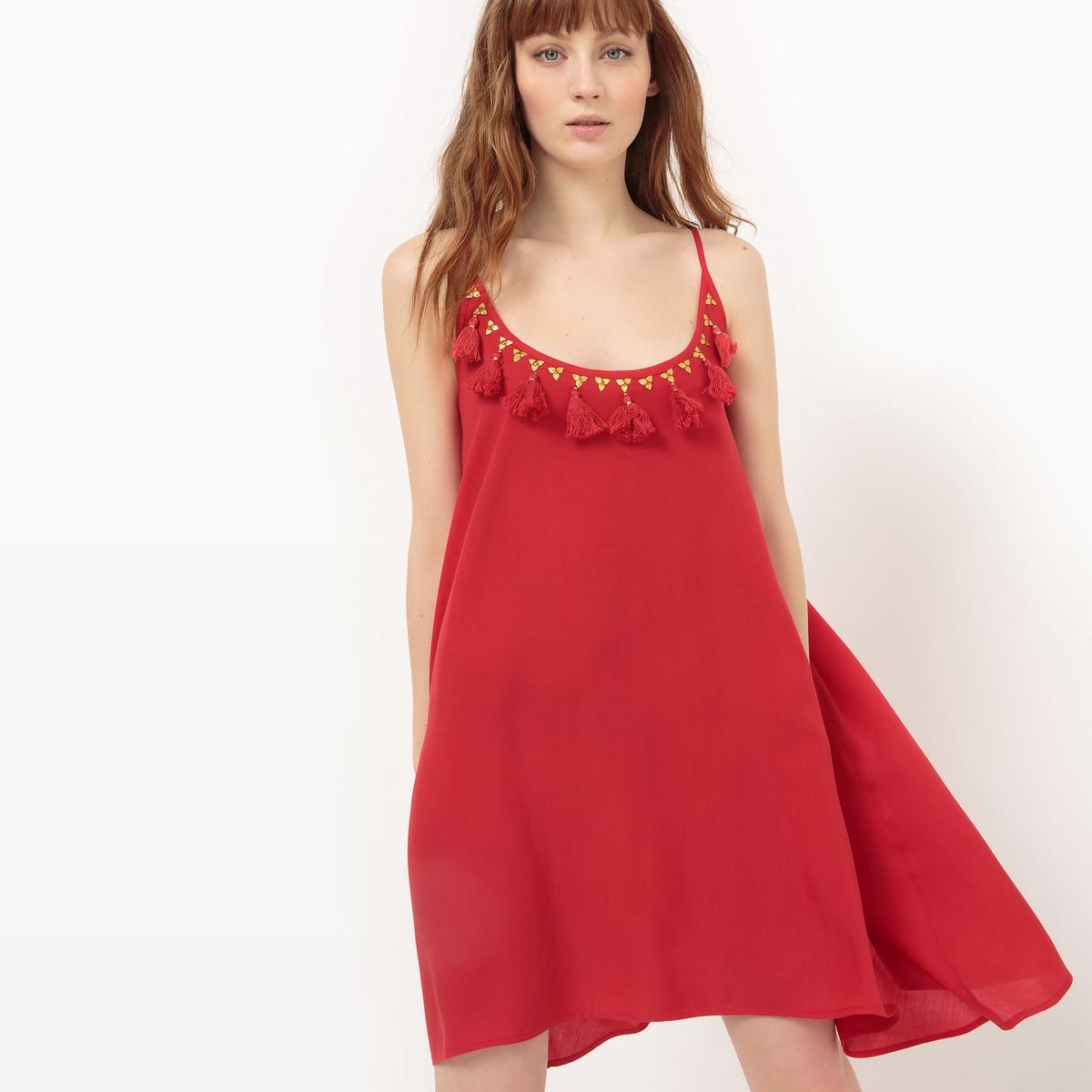 Платье с тонкими бретелями и глубоким вырезом с помпонами