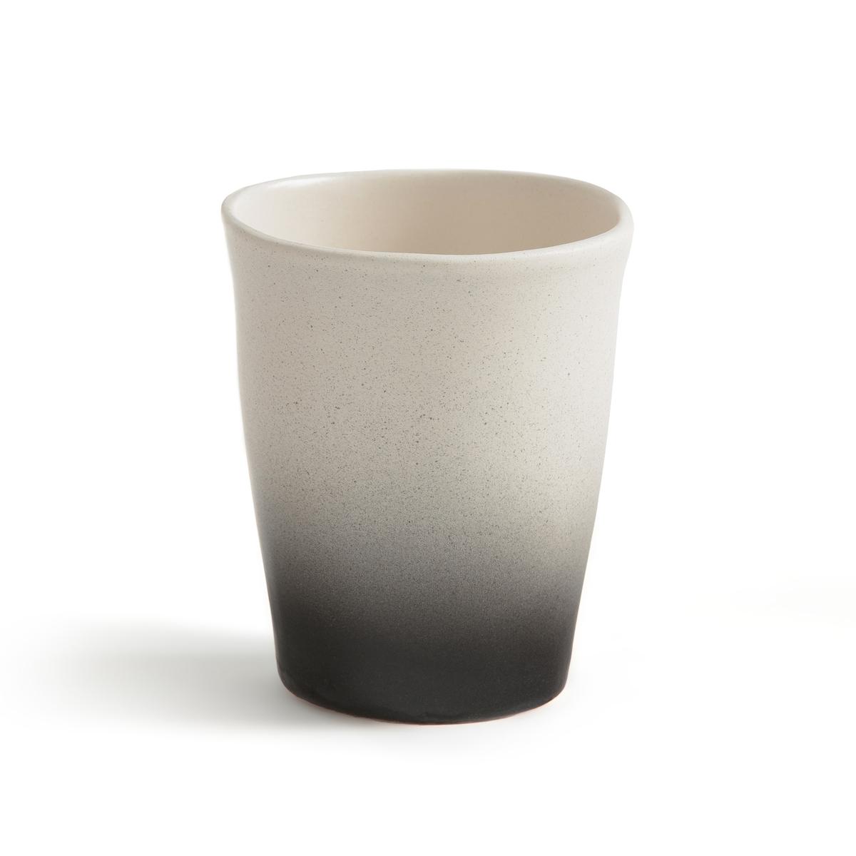 Комплект из 4 кофейных чашек из фаянса, Asaka, дизайн В. Барковски4 кофейные чашки Asaka. Творение Валери Барковски эксклюзивно для AM .PM коллекция предметов для стола, созданная под вдохновением от ее путешествий в Индию или Марокко, с оригинальными рисунками и формами, из натуральных материалов и текстуры ткани без отделки.Аутентичность и неподвластность времени - его ключевые слова, его творения отлично подходят для создания качественных товаров, неподвластных моде, сочетающих простоту, оригинальность и ручное производство.Без ручки для большей легкости, из фаянса, покрытого глазурью, с оригинальной отделкой: верх с гладкой поверхностью белого цвета и низ с необработанной и слегка шероховатой поверхностью черного цвета. Характеристики : - Из фаянса, покрытого глазурью- Можно использовать в микроволновой печи и мыть в посудомоечной машине. - Объем 200 мл.Размеры : - диаметр 7,5 x высота 9 см<br><br>Цвет: черный/ белый