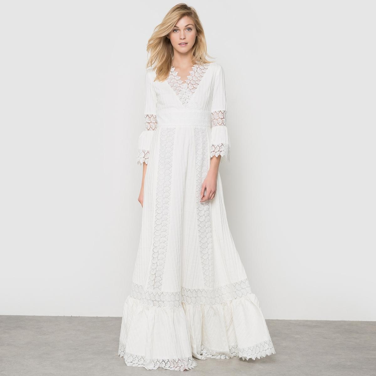 Платье невестыПлатье невесты DELPHINE MANIVET. Эксклюзивное платье, созданное специально для la Redoute. Длинное платье с воланами, с красивой завышенной талией, струящееся и с V-образным декольте-кашкер  . Очаровательный рельефный хлопковый материал, украшенный гипюром и цветочным кружевом.    Рукава с воланами на локтях. Пояс с высокой талией. Широкий волан внизу. Застежка на скрытую молнию сзади.   Длина 160 см. Подкладка из хлопковой вуали . Состав и описаниеМарка : DELPHINE MANIVETМатериалы : Платье 73% хлопка, 25% полиэстера, 2% эластана - Кружево 100% полиэстера - Подкладка 100% хлопка УходРекомендуется сухая (химическая) чистка<br><br>Цвет: экрю<br>Размер: 34 (FR) - 40 (RUS)
